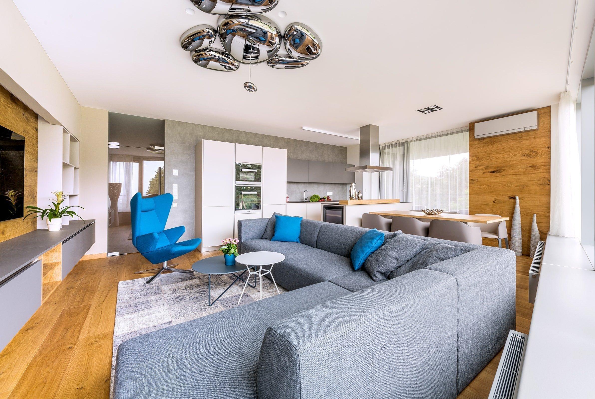 Vybrat ty správné barvy do bytu není vždy jednoduchá záležitost. Existuje celá řada pravidel a doporučení o tom, jaké odstíny použít do jednotlivých místností. Nemusíte nutně vymalovat celý interiér, abyste do něj vnesli trochu barev. Postačí výrazné křeslo, barevné potahy polštářů, nebo důmyslně zvolené doplňky.