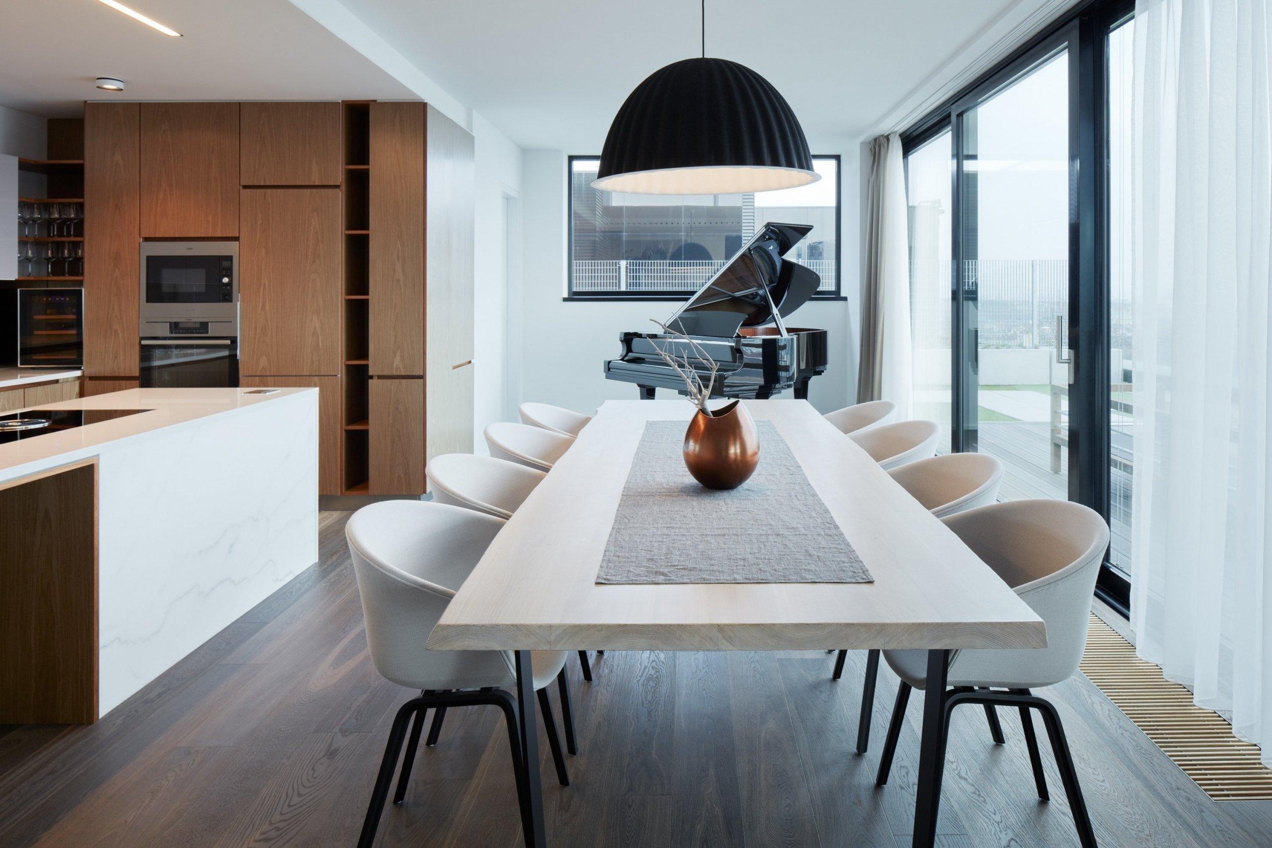 Tento penthouse je právem nazývaný i jako Dům na domě. Je to díky tomu, že je postavený jako samostatný dům umístěný na bytovém domě. Jeho autorem je architektka Jana Schnappel Hamrová ze studia Objectum. Co jiného nás na bytě zaujalo kromě zvláštní dispozice, zjistíte ve článku.