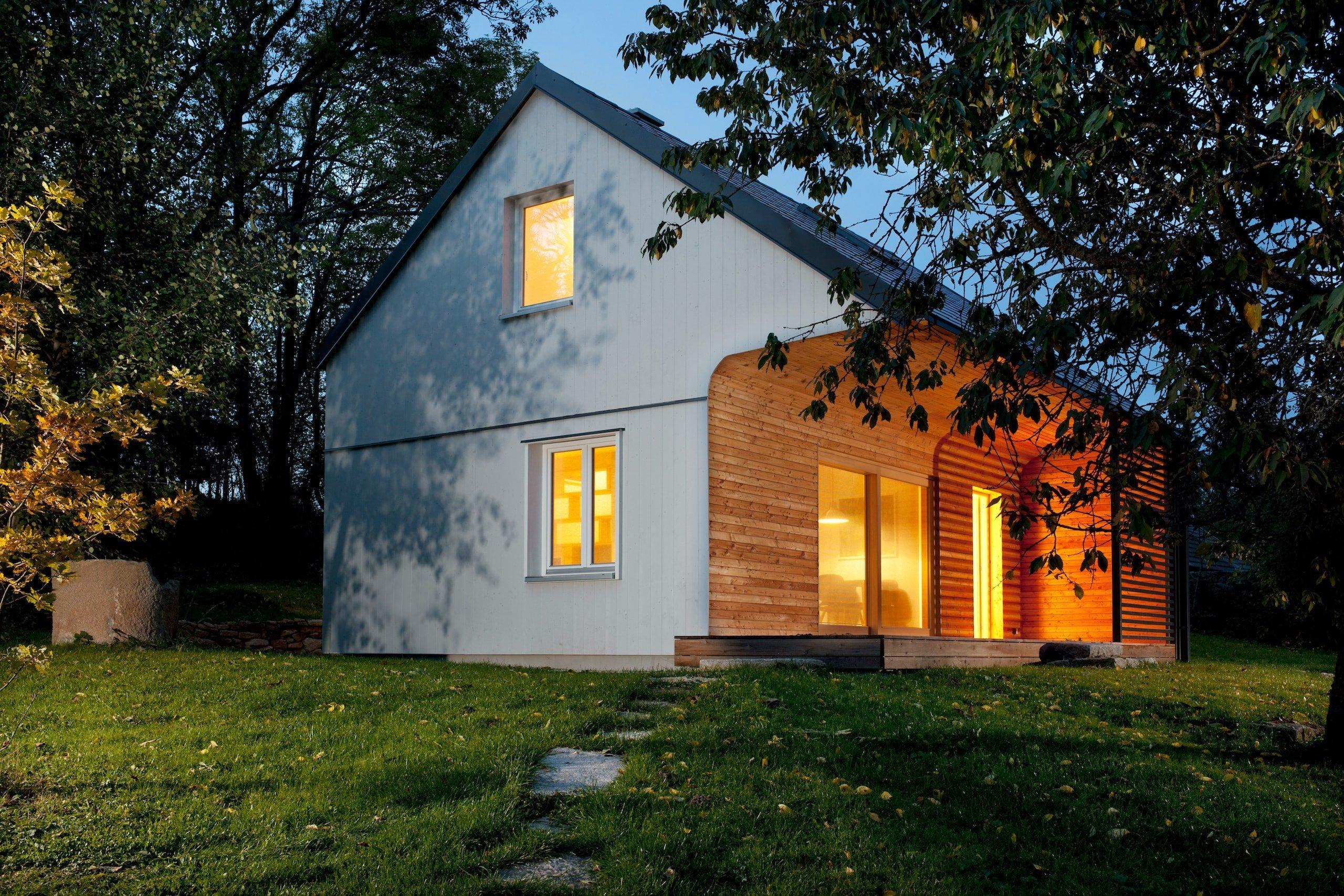 Nejen v zahraničí se rozmáhá trend cestování do přírody a úniku ze stresu větších měst. Stačí víkendový odpočinek v lůně krásné přírody a hned se cítíte jinak. Příjemnou chatu v přírodním prostředí České Kanady realizovali architekti ze studia majo architekti.