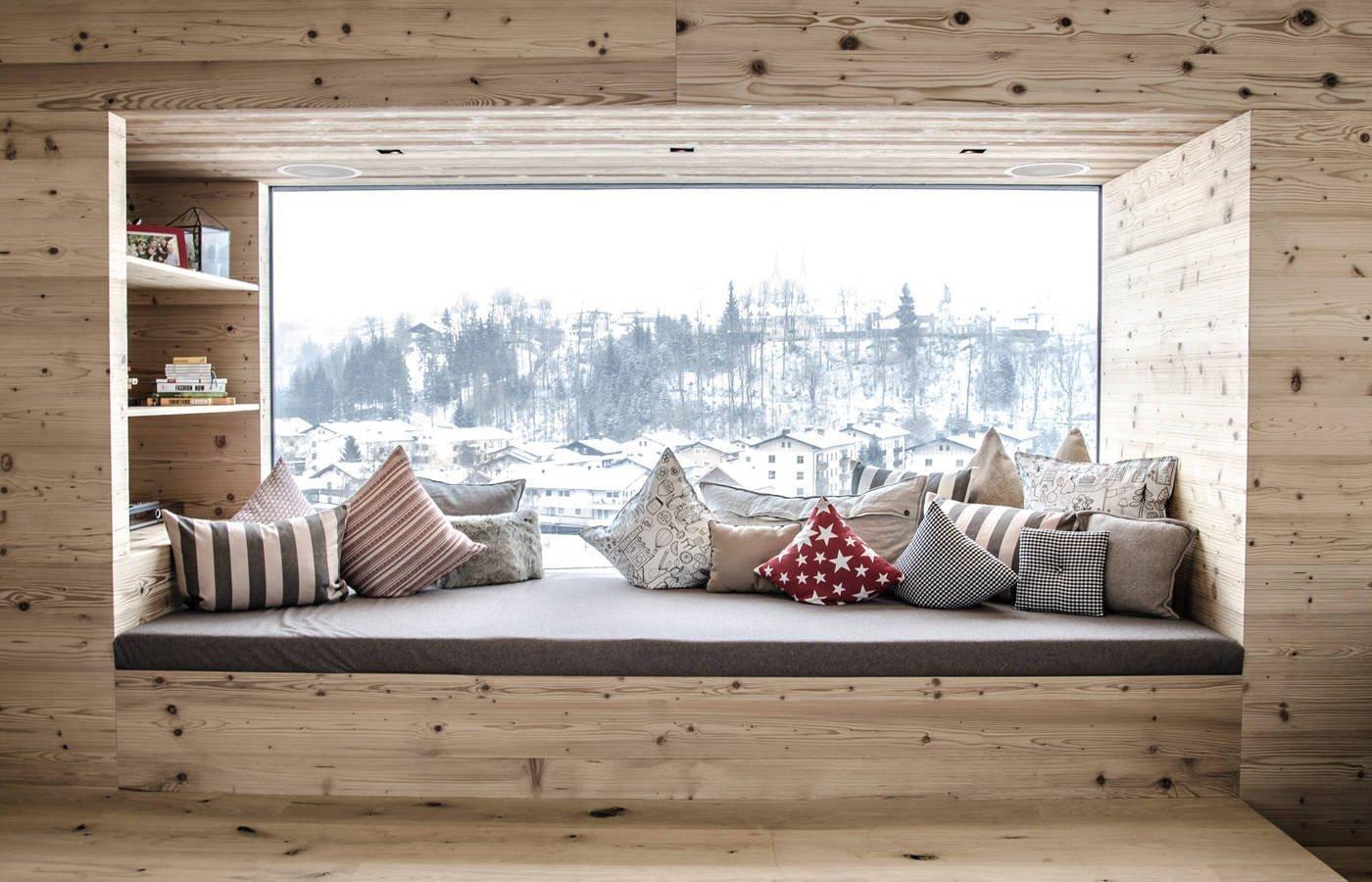 Staré dřevo s působivou patinou se směle zabydluje nejen v rustikálně vyvedených interiérech, ale začíná už dobývat i ty moderní, u kterých by vás užití dřeva s výraznými suky ani nenapadlo. Čím to je? Vracíme se ke kořenům a chceme mít doma alespoň letmý dotek živoucí přírody?