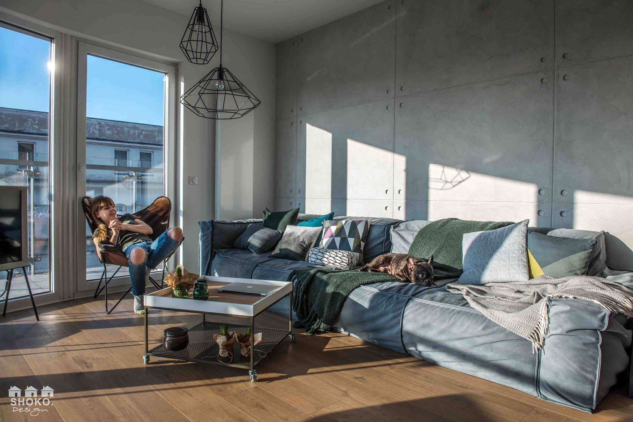 Tento sympatický moderní polský byt, ve kterém žije mladý novomanželský pár se psem, na první pohled upoutá úžasně prostornými okny, díky nimž je celý apartmán naplněn enormním množstvím světla a která navíc umožňují ojedinělý panoramatický výhled na město.
