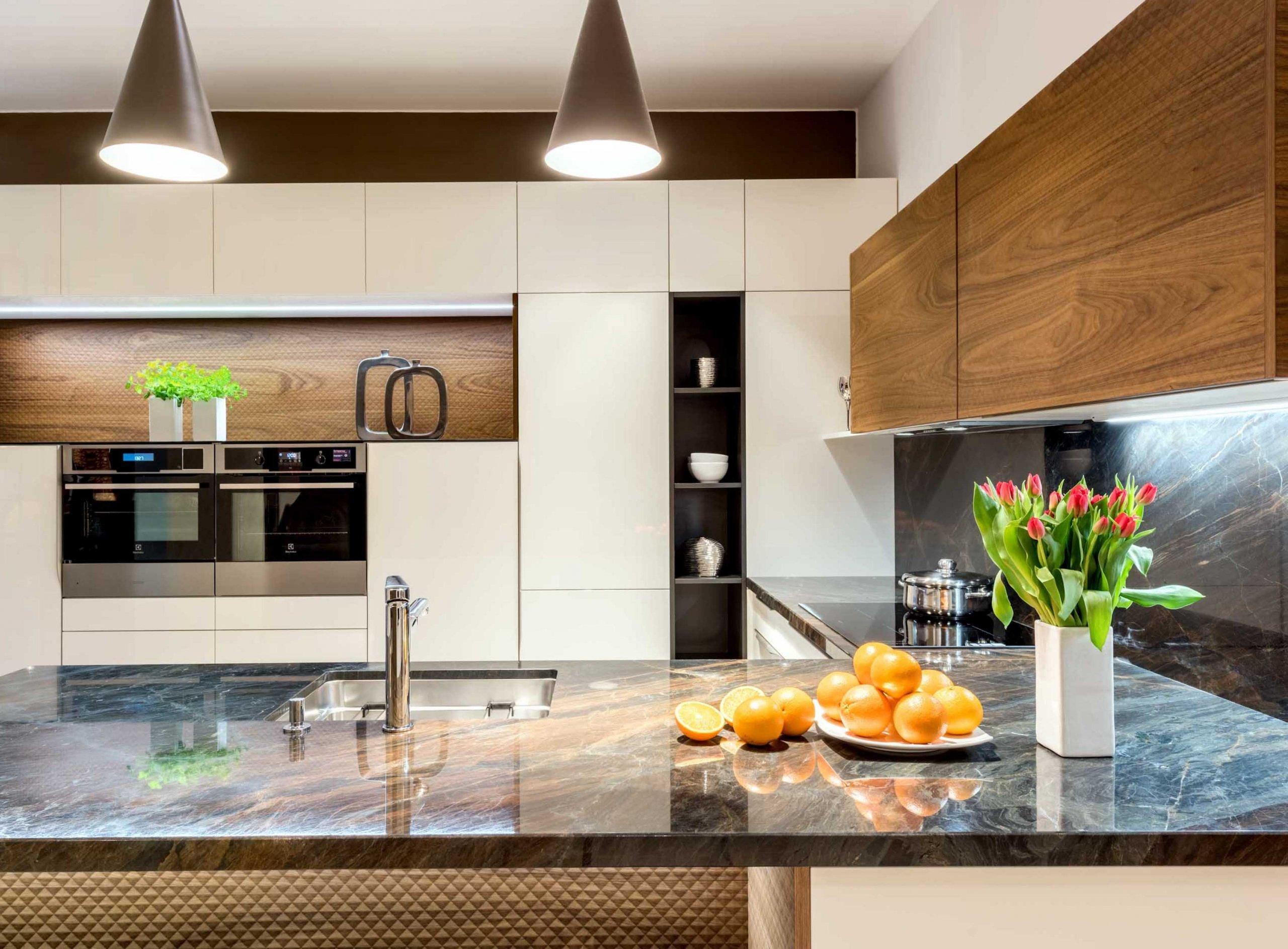 Kuchyně už dávno neslouží jen jako praktický prostor pro vaření a stravování. Tento frekventovaný a domácí pohodou provoněný koutek se zejména v moderních časech stává opravdovou designovou záležitostí. Pokud navíc patříte mezi milovníky umění, co říkáte nápadu proměnit kuchyni v okázalou galerii?