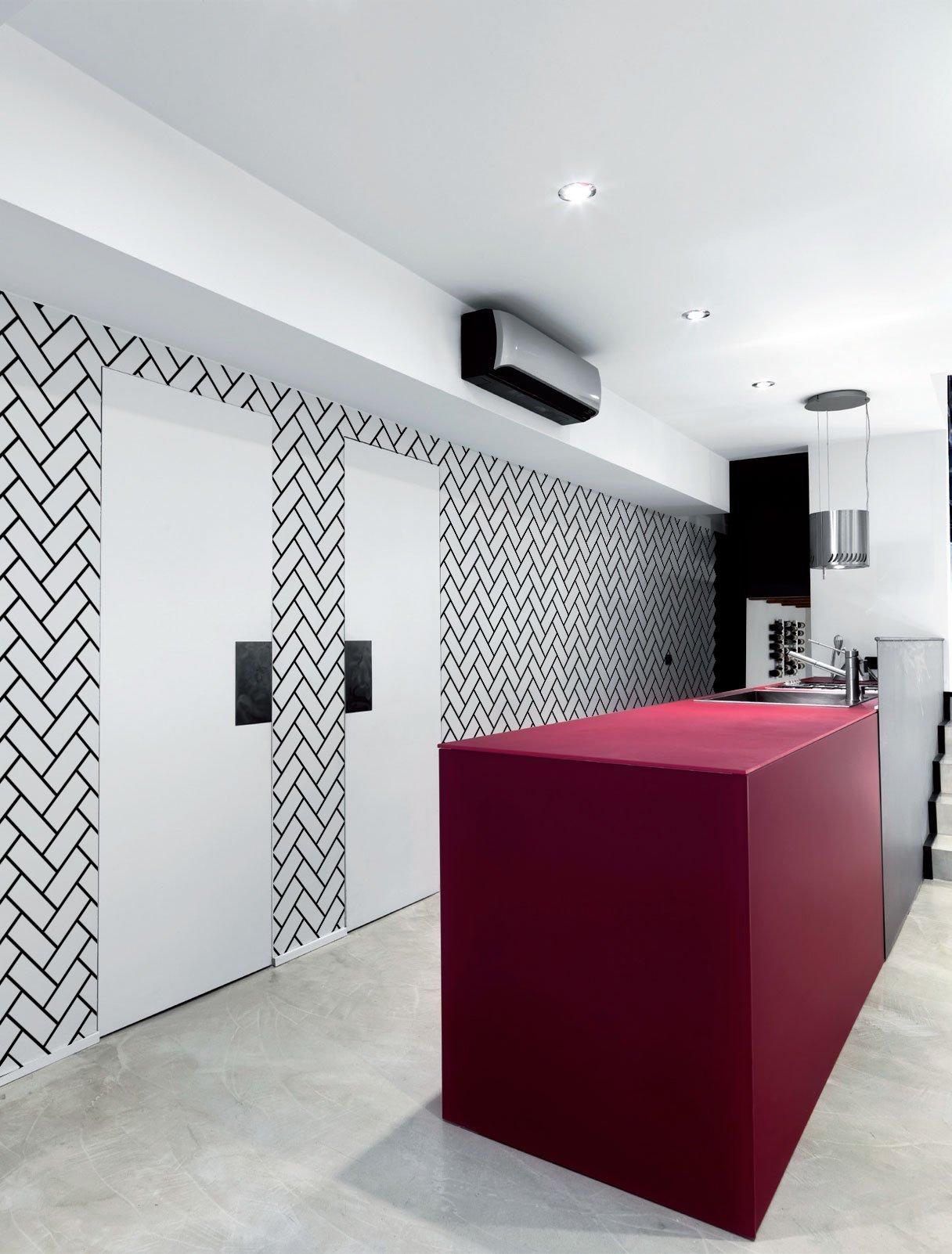 Reliéfní betonová stěrka v designu diagonálních cihliček