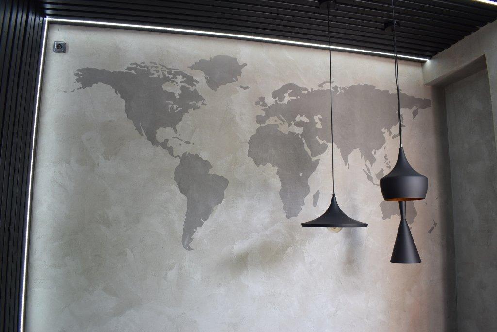 Betonová stěrka s reliéfní mapou světa