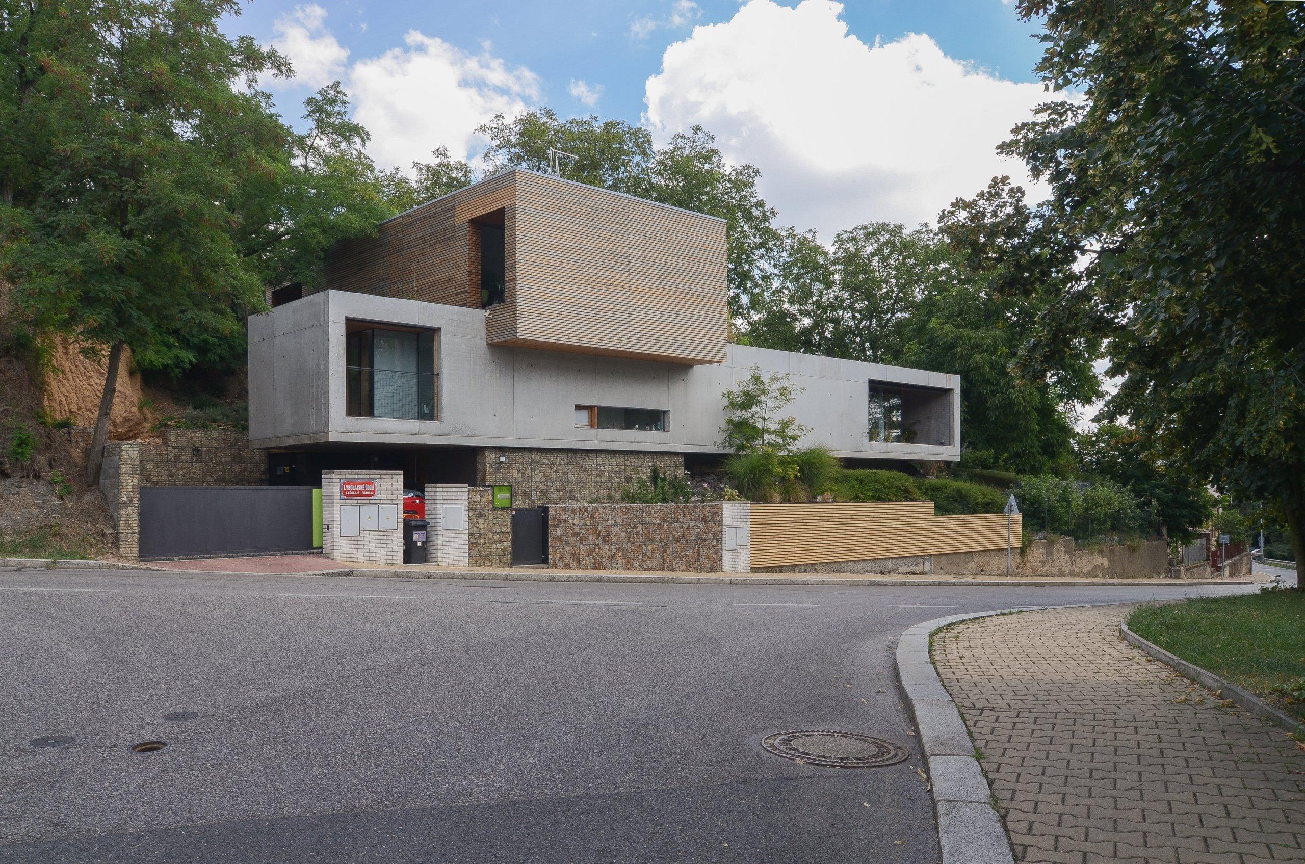 Každý milovník architektury se už jistě setkal se jménem amerického architekta Frankem Lloyd Wrightem. Právě z jeho rukou pochází slavná Vila nad vodopádem, která se stala inspirací i pro tuto vilu, jež stojí na okraji Prahy. Ačkoliv se vila nachází v horším terénu, jistě si vás získá.