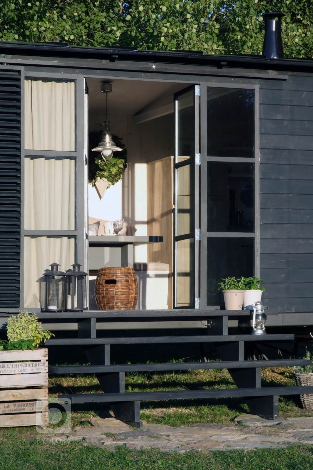 Ideální víkendové bydlení? Útulná maringotka na Šumavě
