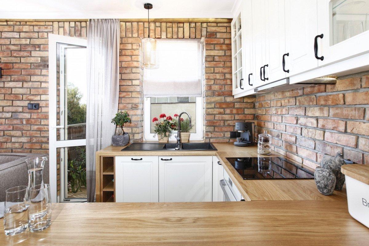 Cihla nemusí být jen materiálem schovaným pod omítkou, interiér může zkrášlit i v celé své nahotě. Přiznané cihly jsou čím dál tím úspěšnějším dekorativním prvkem v interiéru, který rázem získá kouzlo nepravidelné surovosti, jak ve venkovských, tak v moderních domovech.