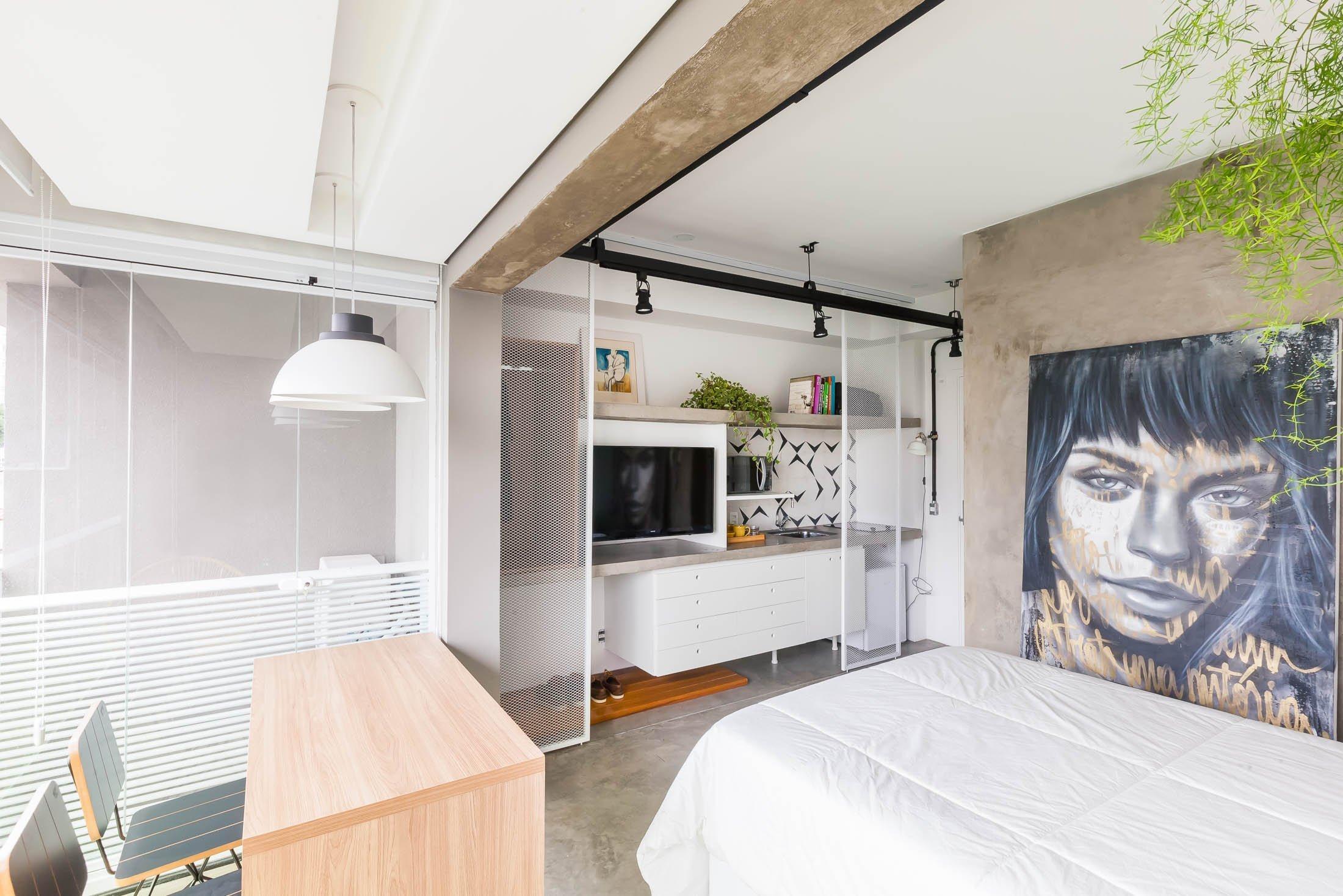 Designerské studio ze Sao Paula mělo jasný úkol. Předělat malou garsonku o velikosti pouhých 24 metrů čtverečních na místo, kde bude moc majitel spokojeně žít – a zároveň si do něj klidně pozvat i návštěvu. A vzhledem k tomu, že se dílo opravdu vydařilo, zveme vás na menší prohlídku tohoto útulného a stylového bytu.