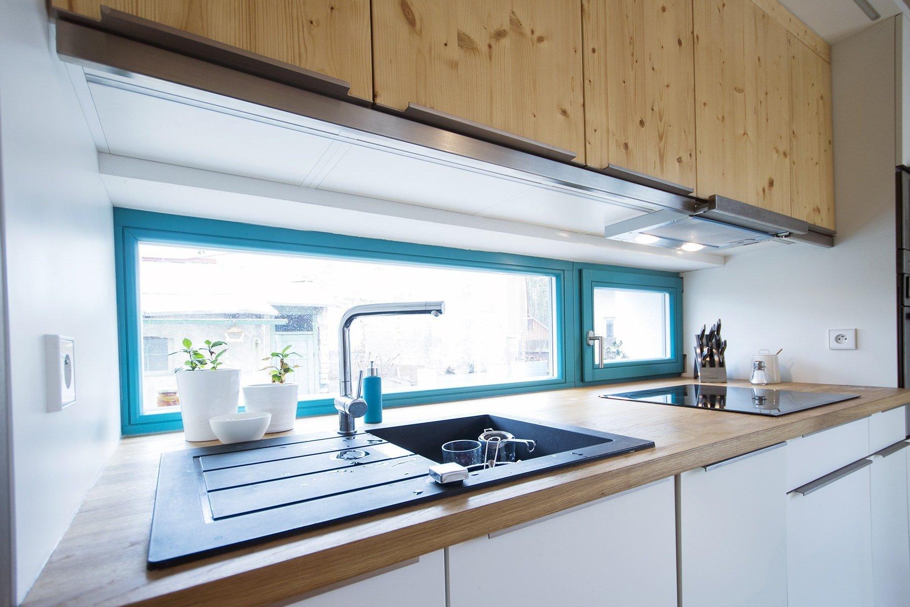 Pokud si chcete zachovat svébytný charakter starého domu, jehož dispozice už však nevyhovují požadavkům moderního bydlení, probourejte strop a příčky, třeba získáte stejně krásný interiér jako pár z naší dnešní stavitelské proměny.