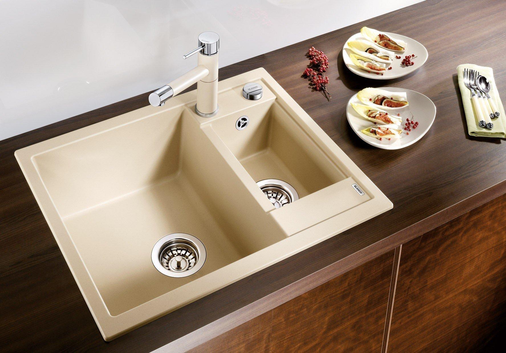 Očišťování potravin, mytí nádobí, ale i napouštění vody jsou jasným důkazem toho, že je kuchyňský dřez vytížen téměř pořád. Právě proto bychom měli být při jeho výběru obzvlášť opatrní, aby se nestalo, že jej budeme muset po kratší době, než by nám byla milá, vyhodit. Podle čeho správný dřez vybrat?