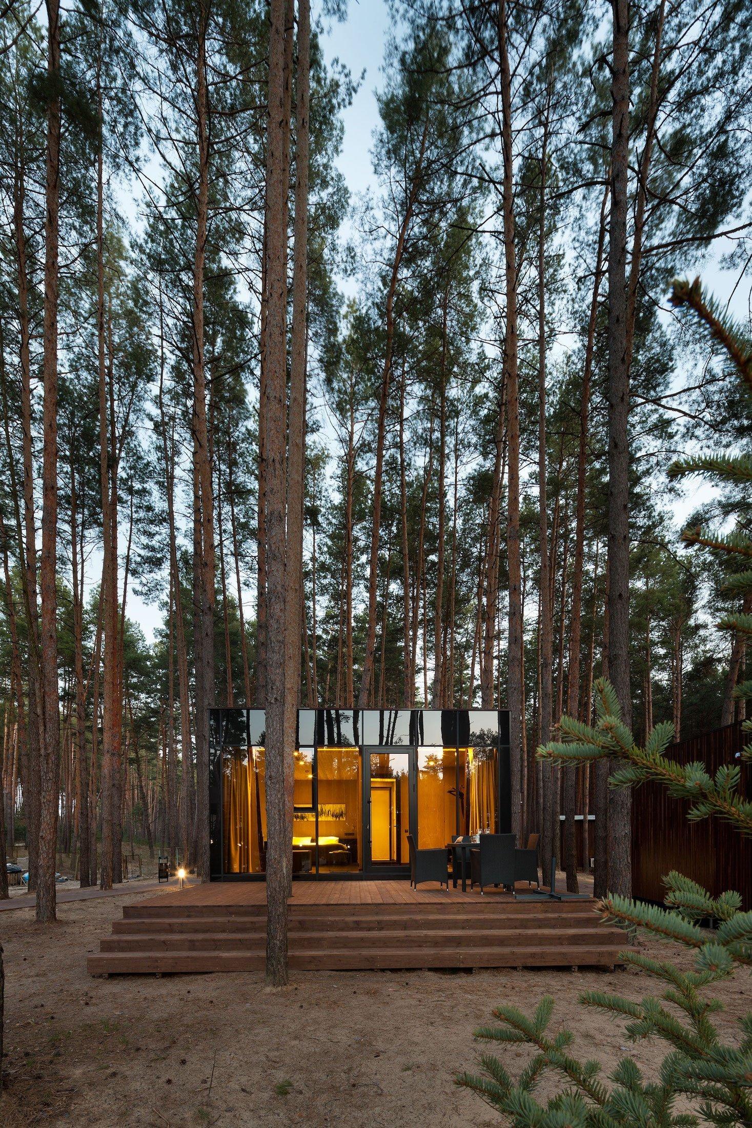 Architektura se v našem okolí nachází nejen u domů, bytů nebo veřejných staveb. Najdeme ji totiž i na takovém místě, kterou je Poltavská oblast na Ukrajině. Tato oblast je hustě protkaná borovicovým lesem, což dalo vzniku několika luxusním chatkám, v nichž se můžeme ubytovat. Chatky jsou výjimečné tím, že na jednu stranu svým dřevěným základem splývají s okolní přírodou, zato tmavě zrcadlové obložení odráží kmeny okolních stromů.
