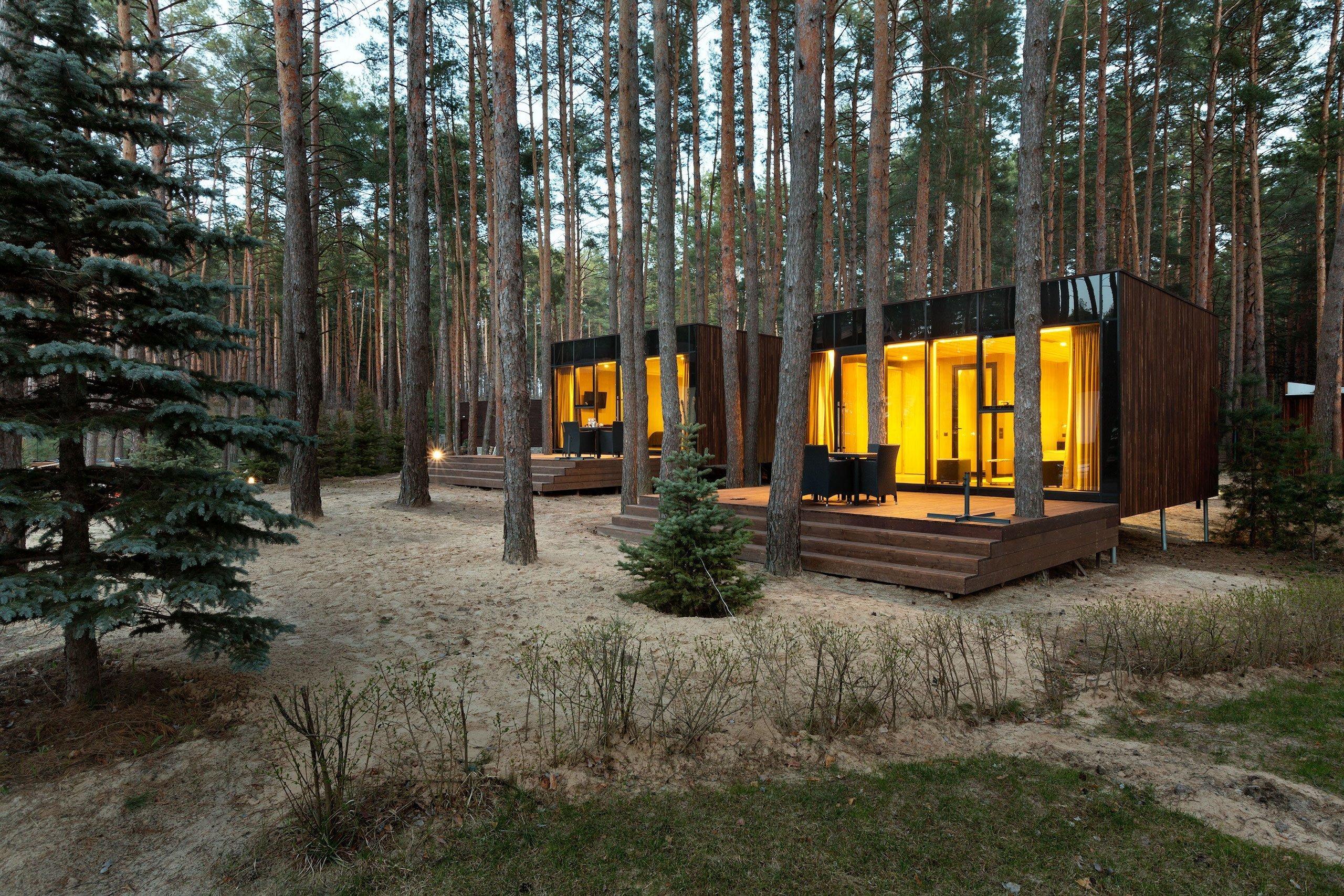 Stylové chatky, v nichž se ubytujete uprostřed borovicového lesa