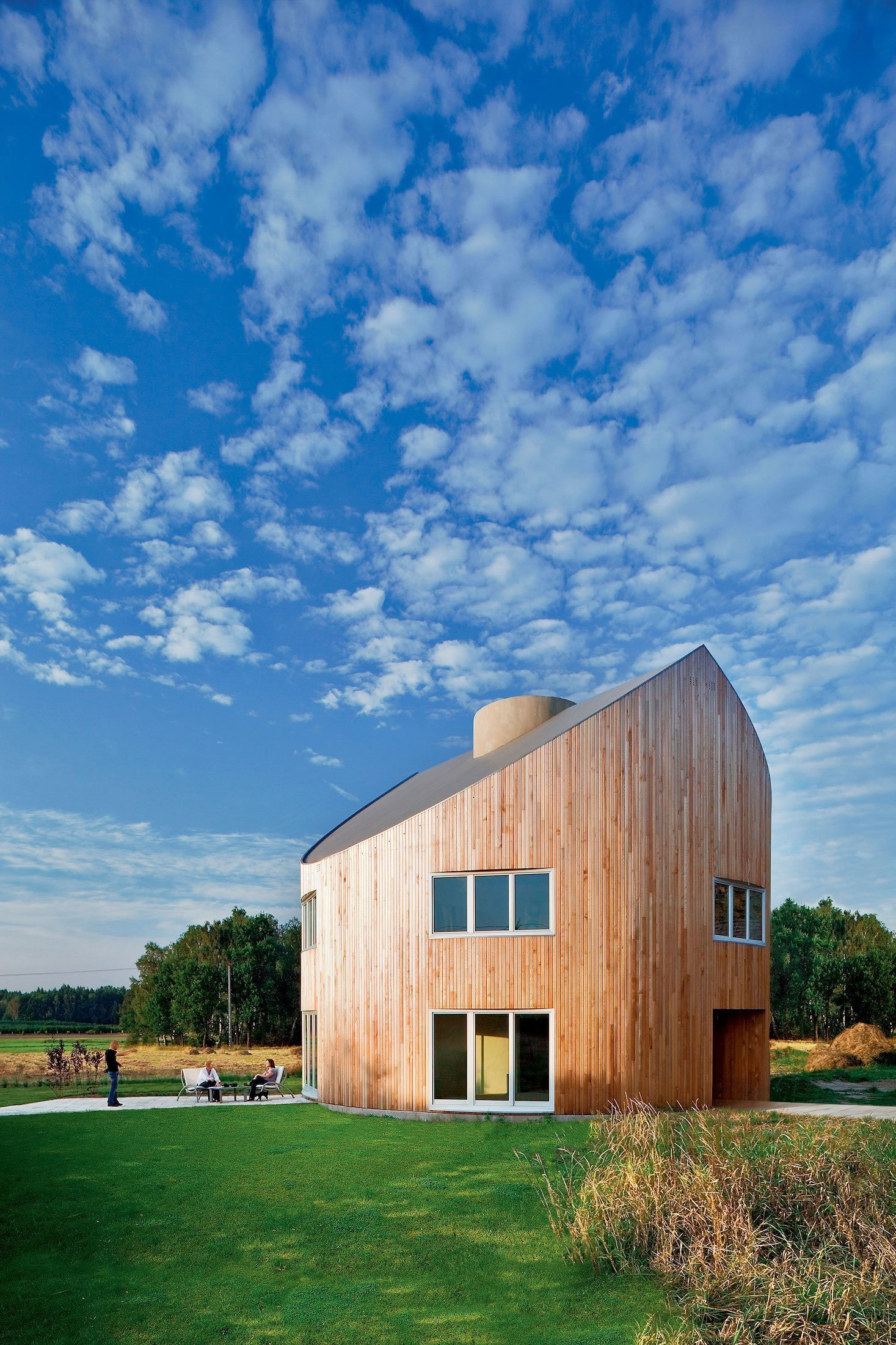 Naše dnešní cesta za architekturou vede do Polska. Kousek od města Pština tam na přání manželského páru vyrostl pozoruhodný kulatý dům. Tato univerzální dřevostavba je úžasná v tom, že může stát prakticky kdekoliv a ještě je působivým architektonickým výstřelkem.