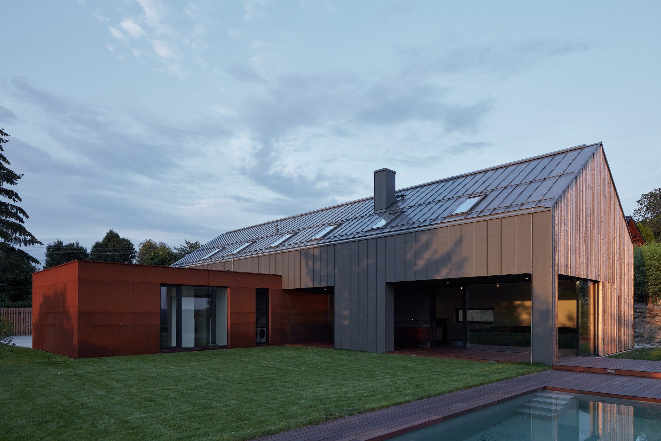 Dvoupodlažní stavba se šikmou střechou a dřevěnými štítovými stěnami čerpá z tradice regionu. Budovu zvenku definuje dřevo, zinkotitánový a kortenový plech. Trvanlivé povrchy byly zvoleny nejen pro minimální nároky na údržbu, ale také s ohledem na přirozené stárnutí a patinu v přírodním kontextu místa.