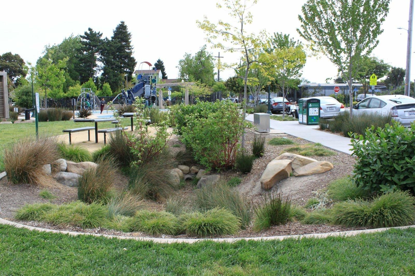 Bio-retenční nádrž v Doyle-Hollis Park v Emeryville, CA. Zdroj: NEMO, Univerzita Connecticut