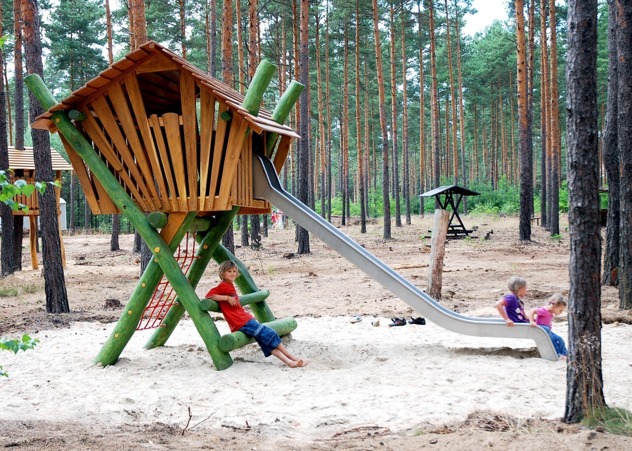 """Kousek vlastní přírody, oáza klidu, místo pro relax. Tím vším je pro nás dospěláky zahrada. V očích dětí je to ale místo, kde můžou zažít dobrodružství, zdolat spoustu překážek, prostě se dosyta """"vyblbnout"""". Jak jim vytvořit skutečný ráj, který jen tak neomrzí?"""