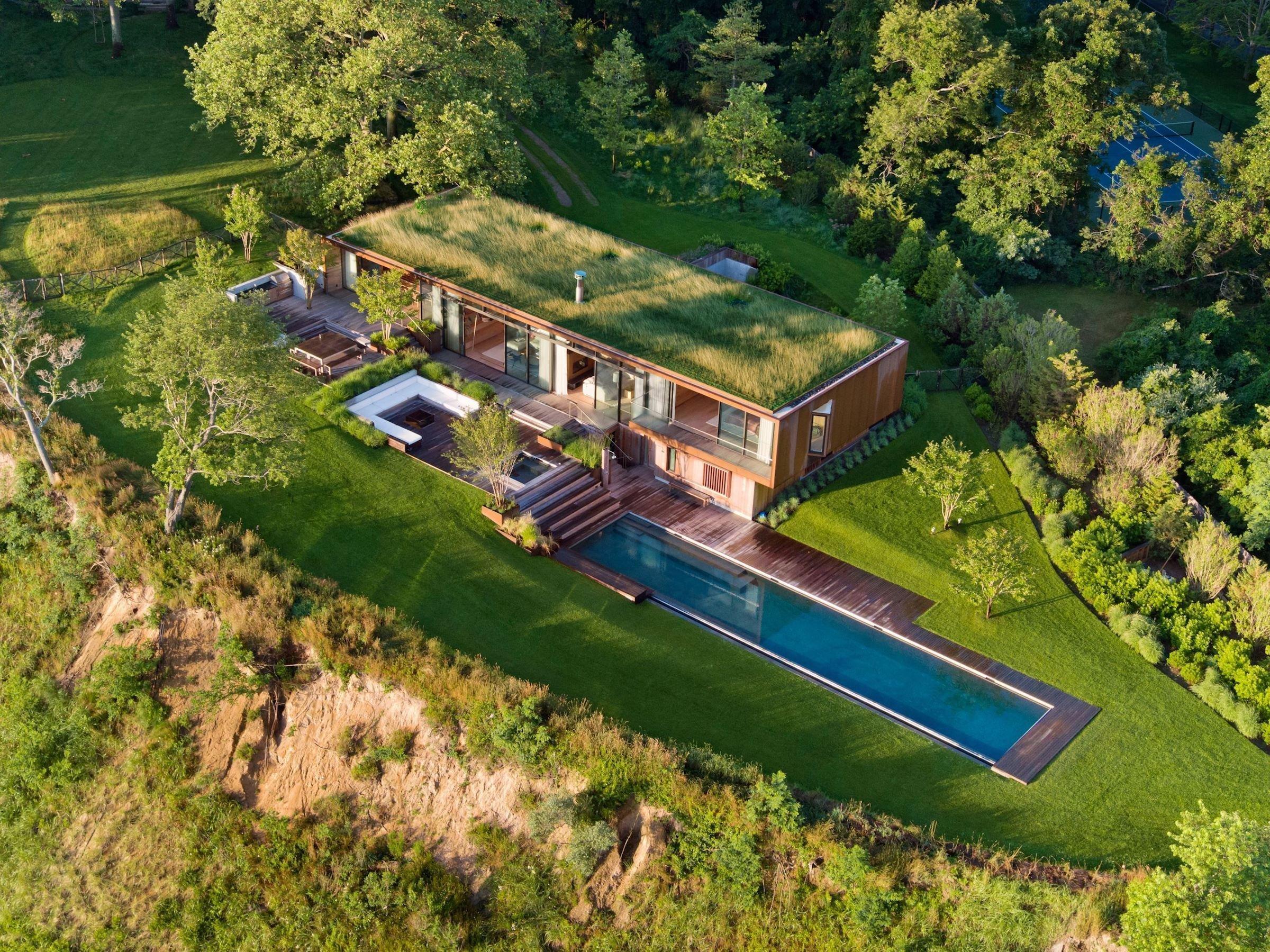 Rodinný dům sloužící k relaxaci s názvem Peconic house, zastoupený studiem Mapos, se nachází v americkém Hampton Bays. Tato oblast je hrdá na svoji minulost. Jedinečná a úchvatná krajina přitahovala umělce do této části Long Islandu během celého minulého století. A díla, jež zde vytvořili, odráží důležitou fázi výtvarného umění a architektury. Stejně tak výjimečný jako zdejší krajina, je výjimečný i dům, na který se dnes podíváme.