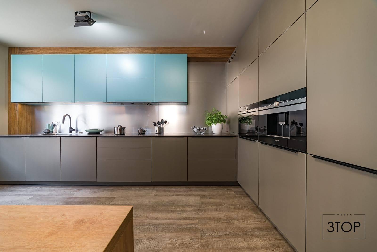 O modré barvě se říká, že má relaxační a uklidňující účinky. Právě (a nejen) z tohoto důvodu si tuto barvu, jež patří do palety studených barev, vybírá do svých interiérů mnoho z nás. To, že je tato barva vhodná do ložnice, víme snad všichni. Ale co kuchyně?