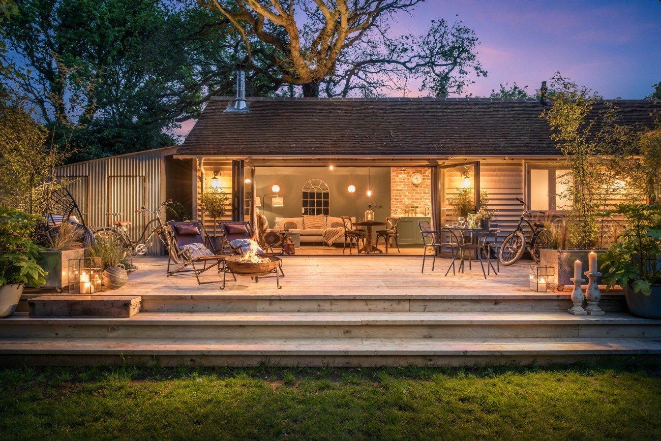 Každý má jinou představu o víkendovém příbytku, ale pro většinu z nás je tato dřevěná chata jako stvořená pro víkendový relax skvělou možností k tomu, abychom se ocitli v poklidném útočišti, kde se uprostřed přírody nabízí romantika jako na dlani a zároveň tu nechybí komfort, na jaký jsme z domova zvyklí