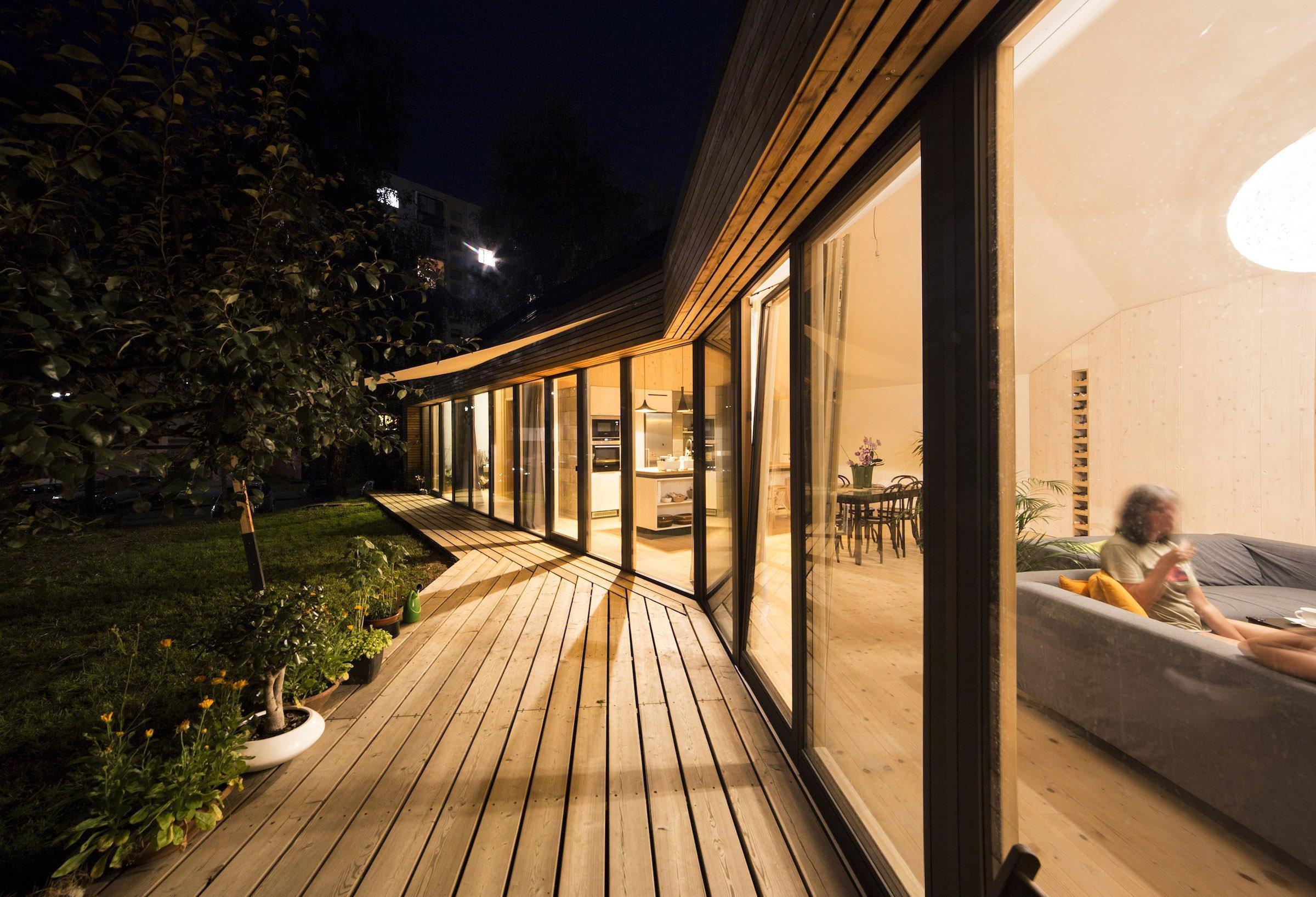 Panelákový byt vyměnili za dřevostavbu na zahradě rodičů
