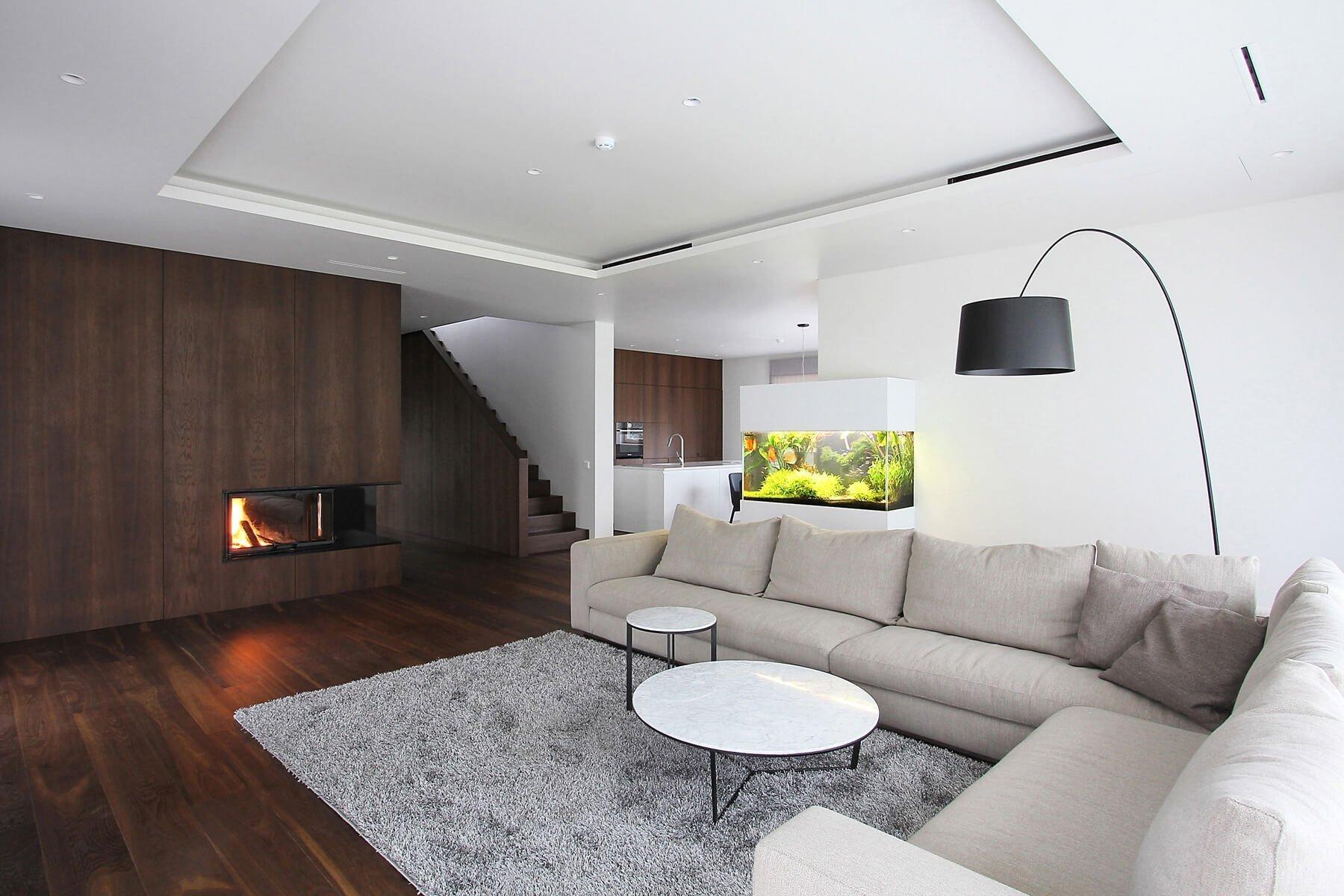 Současný minimalistický styl fandí v interiéru hlavně bílé, šedé a černé barvě. V tomto duchu je zařízen i interiér dvoupodlažního domu ve čtvrtém největším litevském městě Šiauliai, jehož tvůrci jsou architekti Ramūnas Manikas a Valdas Kontrimas. Černo-šedo-bílé bydlení zde barevně rozbíjí jen moderně pojaté akvárium, které na sebe okamžitě strhává pozornost.
