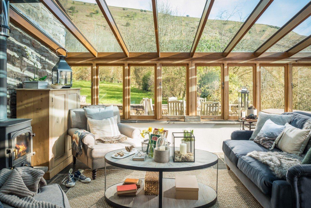 Tentokrát si prohlédneme opravdu kouzelně zařízené bydlení ve vesnici Libanus ve Walesu, které se rozkládá poblíž Národního parku Brecon Beacons. Společně tak nahlédneme do překrásné venkovské rezidence, která byla navržena roku 2017 společností Unique Home Stays.