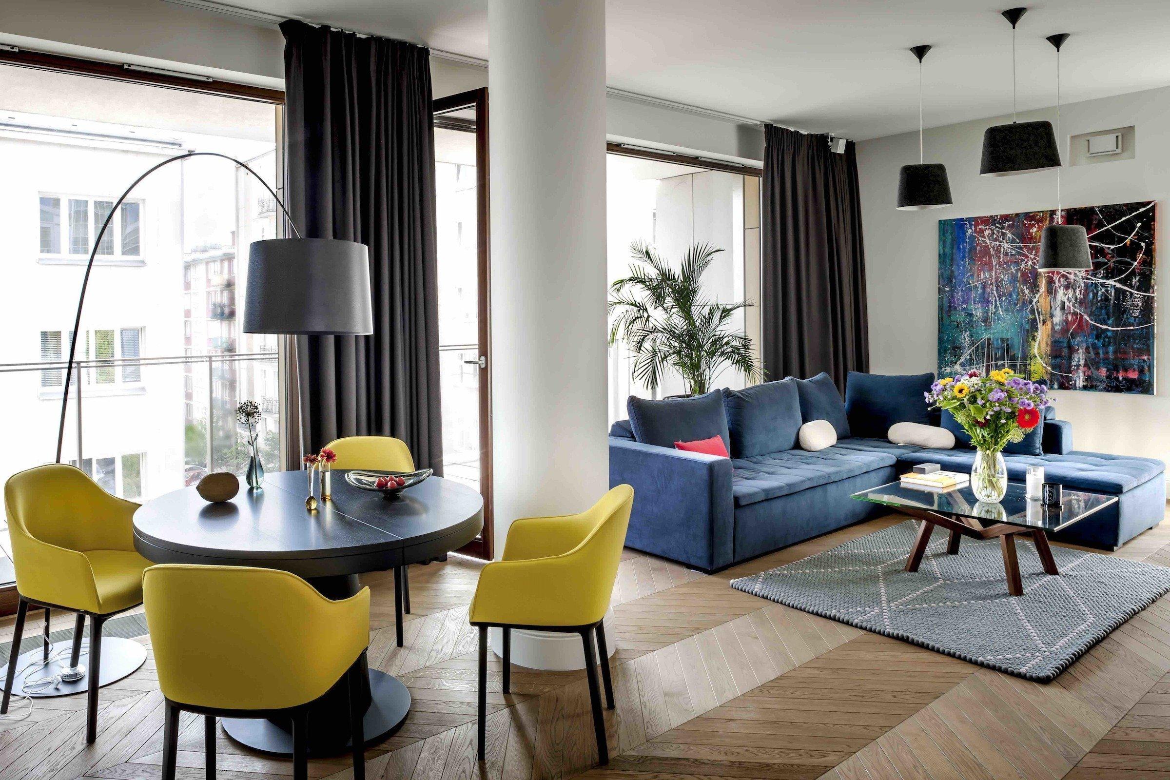 Dnes společně nahlédneme do eklektického bydlení, které na první pohled upoutá působivou směsí energických barev a vzorů. Ačkoliv se tento odvážný interiér nachází ve Varšavě, vnesla do něj bytová designérka i sladký dotek Madridu.