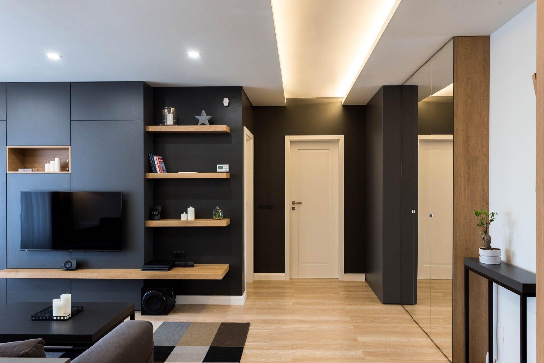 Dnes nahlédneme do luxusního interiéru s černou stěnou, jehož autorem je designové studio Davidsign. S převažující černou a krémově hnědou barvou je spolu s bílými, šedými a stříbřitými akcenty ideálním bydlením pro všechny, kteří milují kombinaci těchto barev, ale také čisté linie a dotek luxusu.