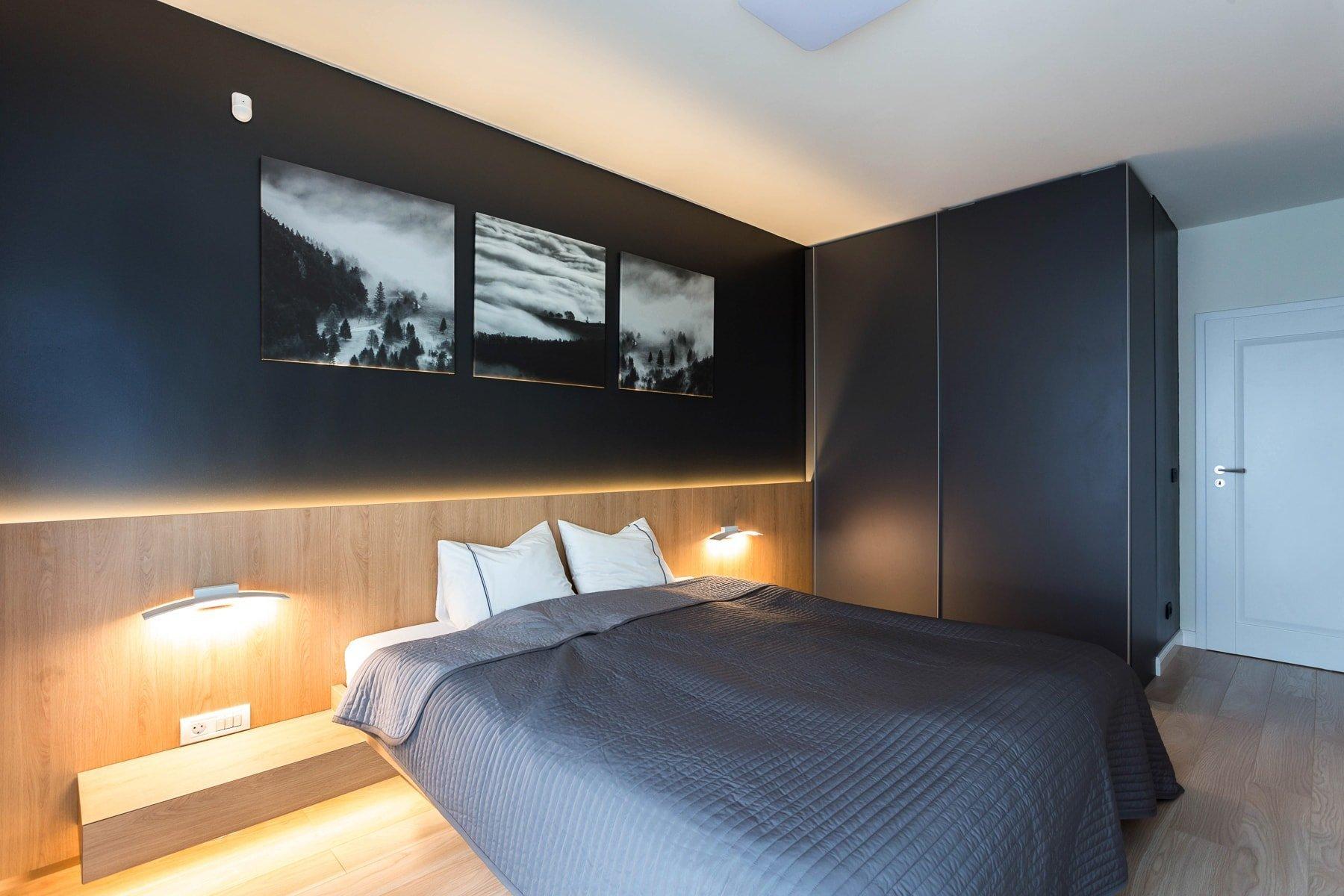 Moderní interiér s černou stěnou