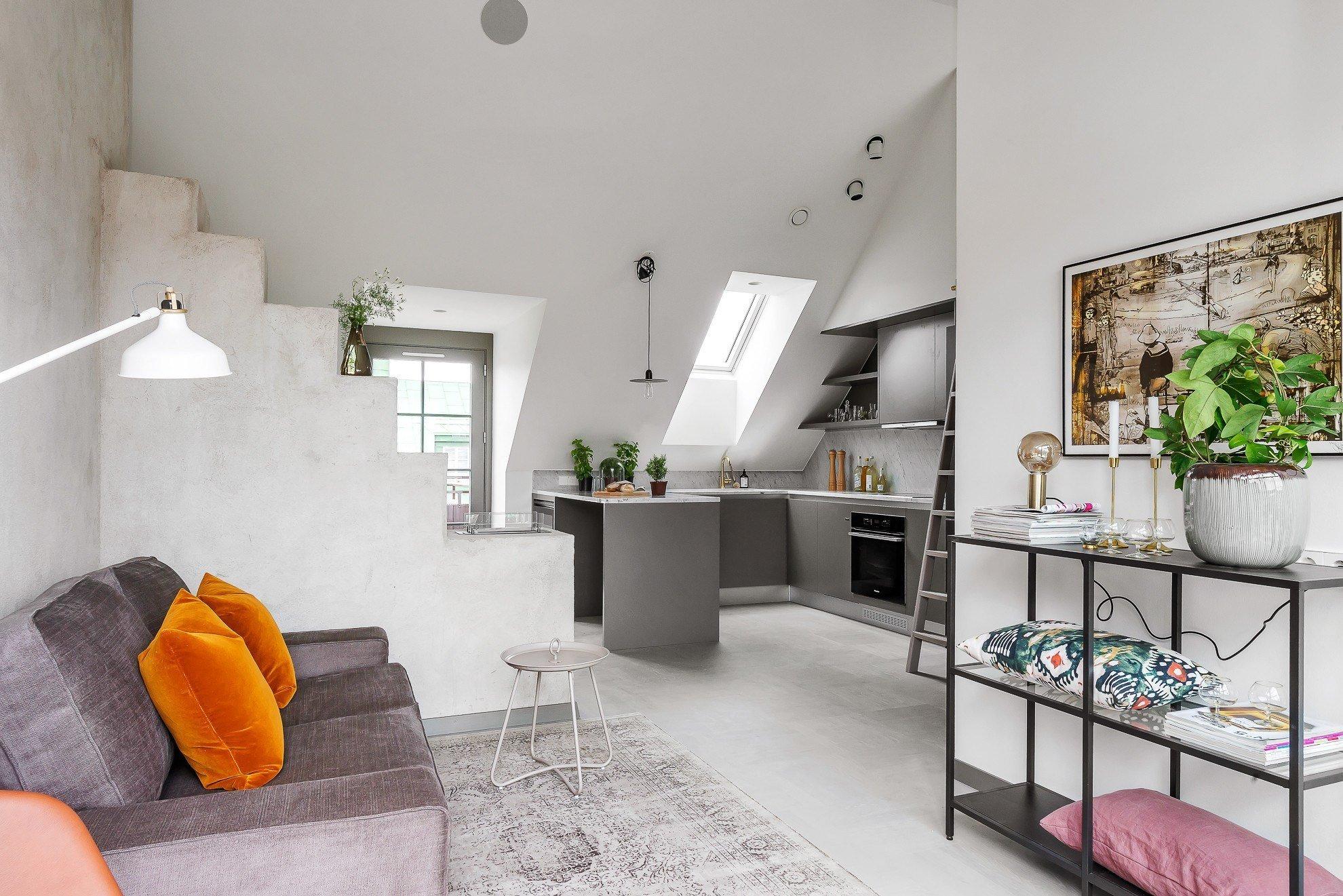 Ačkoliv se může zdát velmi těžké až nemožné udělat z malého prostoru funkční a stylové bydlení, švédským architektům, kteří stojí za tímto projektem, se to povedlo na výbornou. Vzniklo tak naprosto úchvatné podkrovní bydlení ve skandinávském stylu, jehož nádech je citelně znát od koupelny až po terasu.