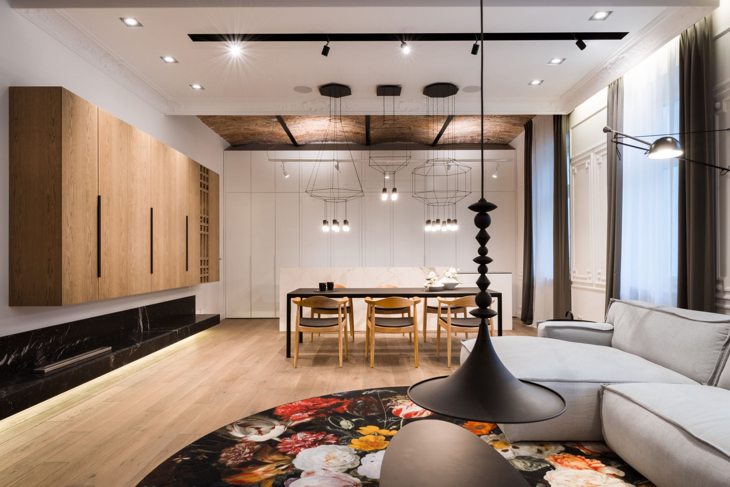 Dnes nahlédneme do bytu v historickém činžovním domě, který se stal pro architekty opravdovou výzvou. Ve velkorysém prostoru tak zde vzniklo vcelku extravagantní bydlení s vysokými stropy, velkým přísunem denního světla a opravdu inovativním a velmi odvážným designem.