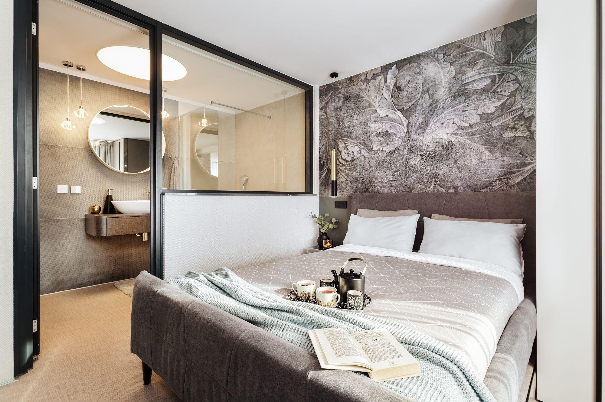 Okny ložnice míří denní světlo i do prosklené koupelny. Skleněná příčka je zvukotěsná, a když je třeba soukromí, v koupelně se zatáhne závěs - Realizace NOVOdesign