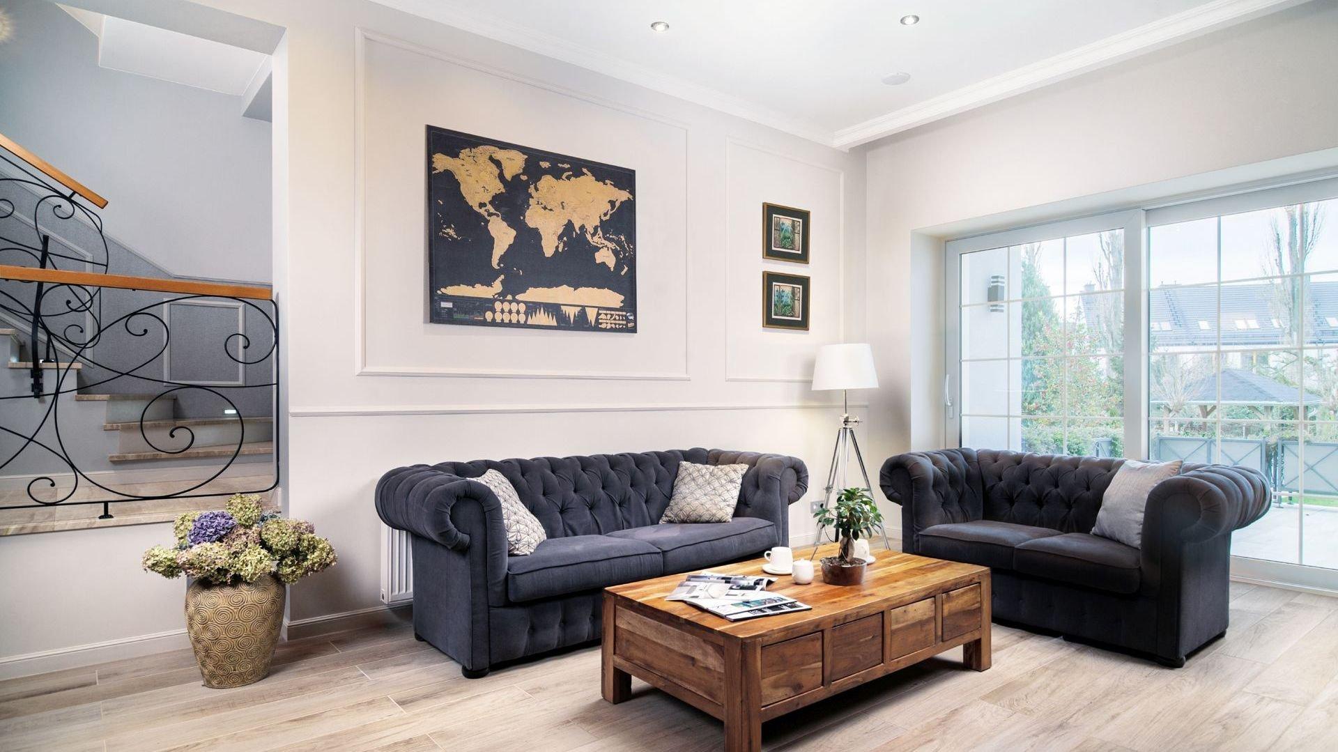 Dům o rozloze více než 300 metrů čtverečních prošel celkovou rekonstrukcí. Staré podlahy, omítky, ale i některé stěny byly odstraněny, instalace byla nahrazena. Díky tomu mohl vzniknout tento krásný a nově navržený prostor, jenž poskytuje obyvatelům větší a vzdušnější prostor k bydlení.