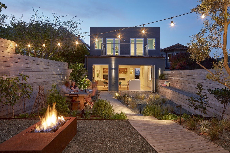 Randall Street se nachází na západním pobřeží USA, v San Franciscu. V jednom z nejkrásnějších a turisty nejvyhledávanějších měst se nachází i moderně zařízený dům, který dnes společně navštívíme. Obklopený městskou zástavbou přece jen nabízí kousek oázy pro potěchu duše.