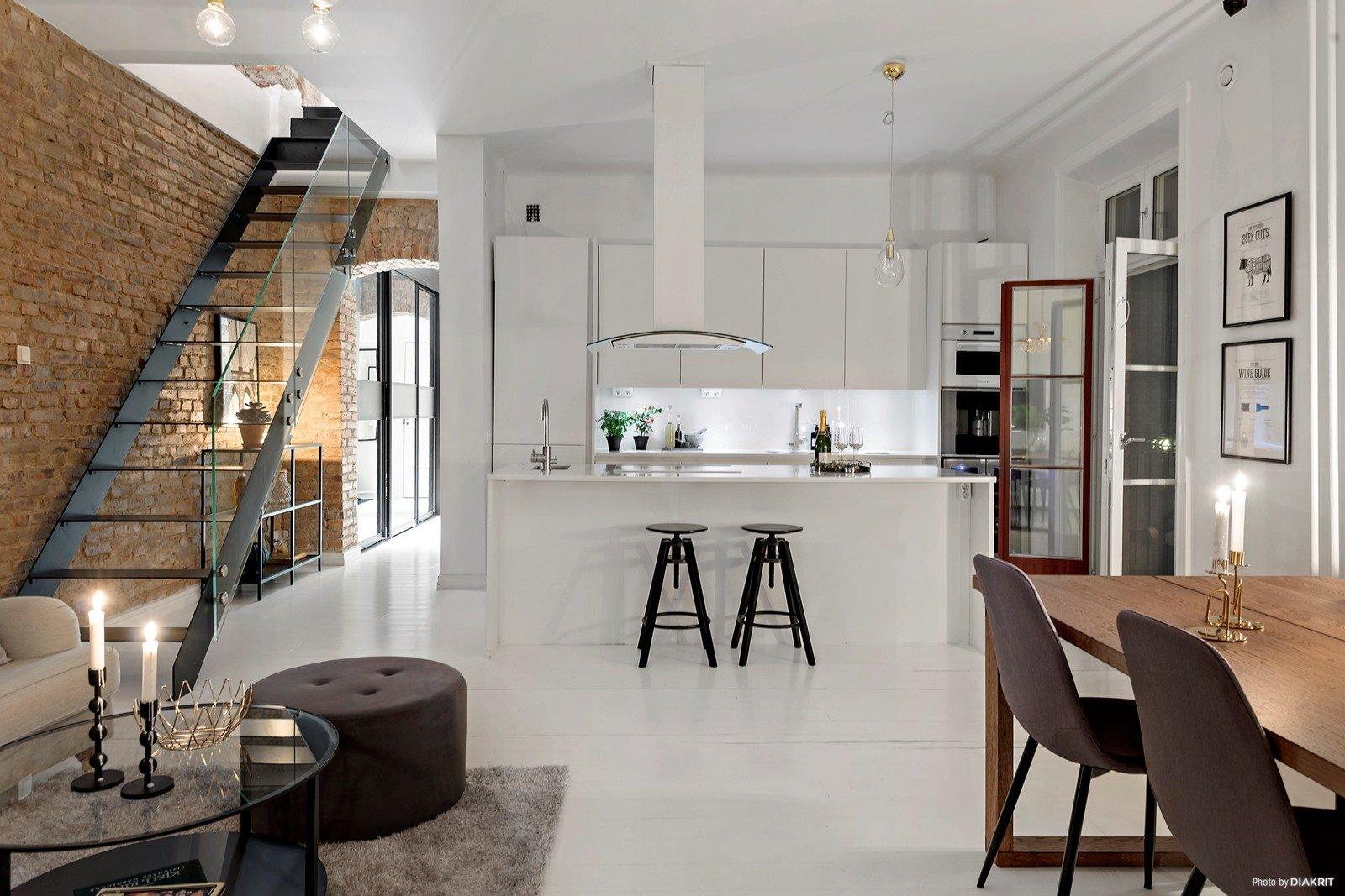 Dnes se vydáme na prohlídku naprosto luxusního podkrovního bytu. Nachází se ve Švédsku a na svých 119 m² prezentuje příjemné spojení skandinávského a industriálního stylu bydlení, kterému nechybí ani romantické prvky.