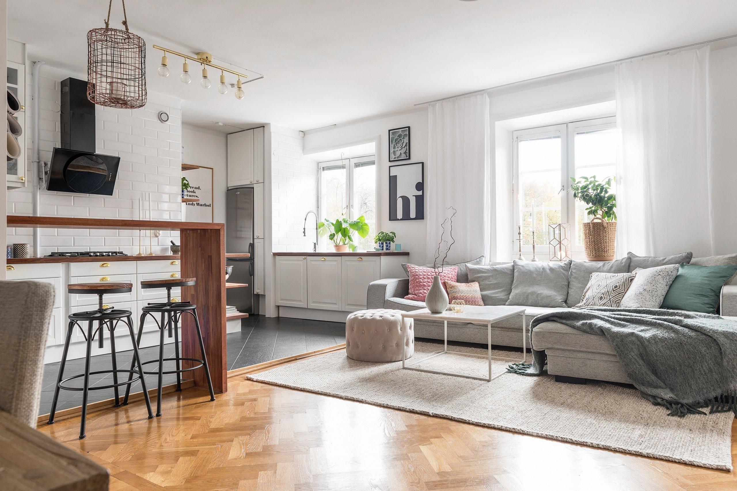 Byt, do kterého nyní společně nahlédneme, zaujme především dokonalou hrou barev. Na ploše 66 m² zde totiž vzniklo příjemné bydlení ve skandinávském stylu s pastelovými akcenty.