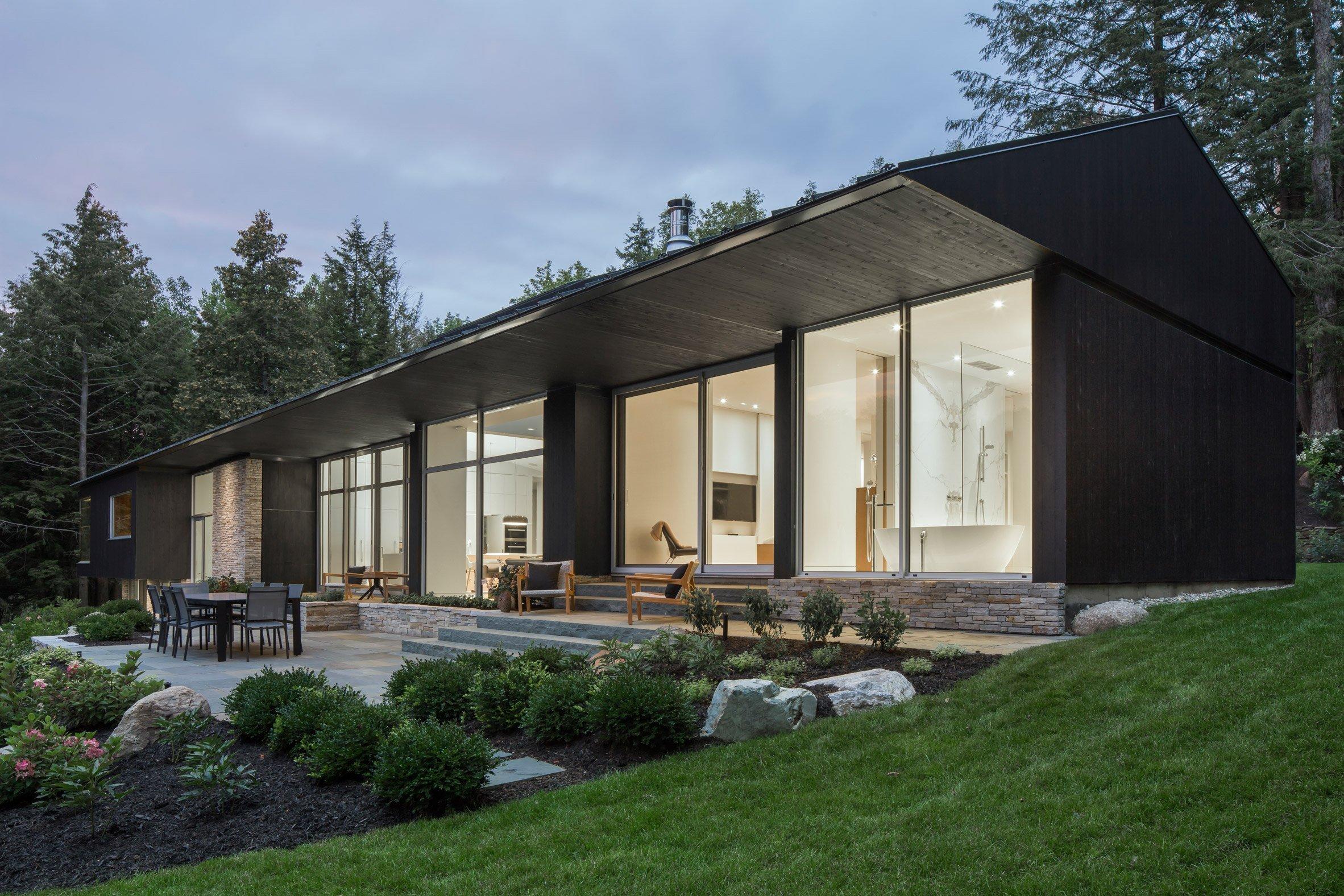 Minimalistická, elegantní, ale i nesmírně stylová – přesně taková je rezidence Slender House nacházející se v oblasti ledovcového jezera Memphremagog v kanadské provincii Quebec. Díky čemu si nás tato krásná stavba o rozloze 418 metrů čtverečních získala?
