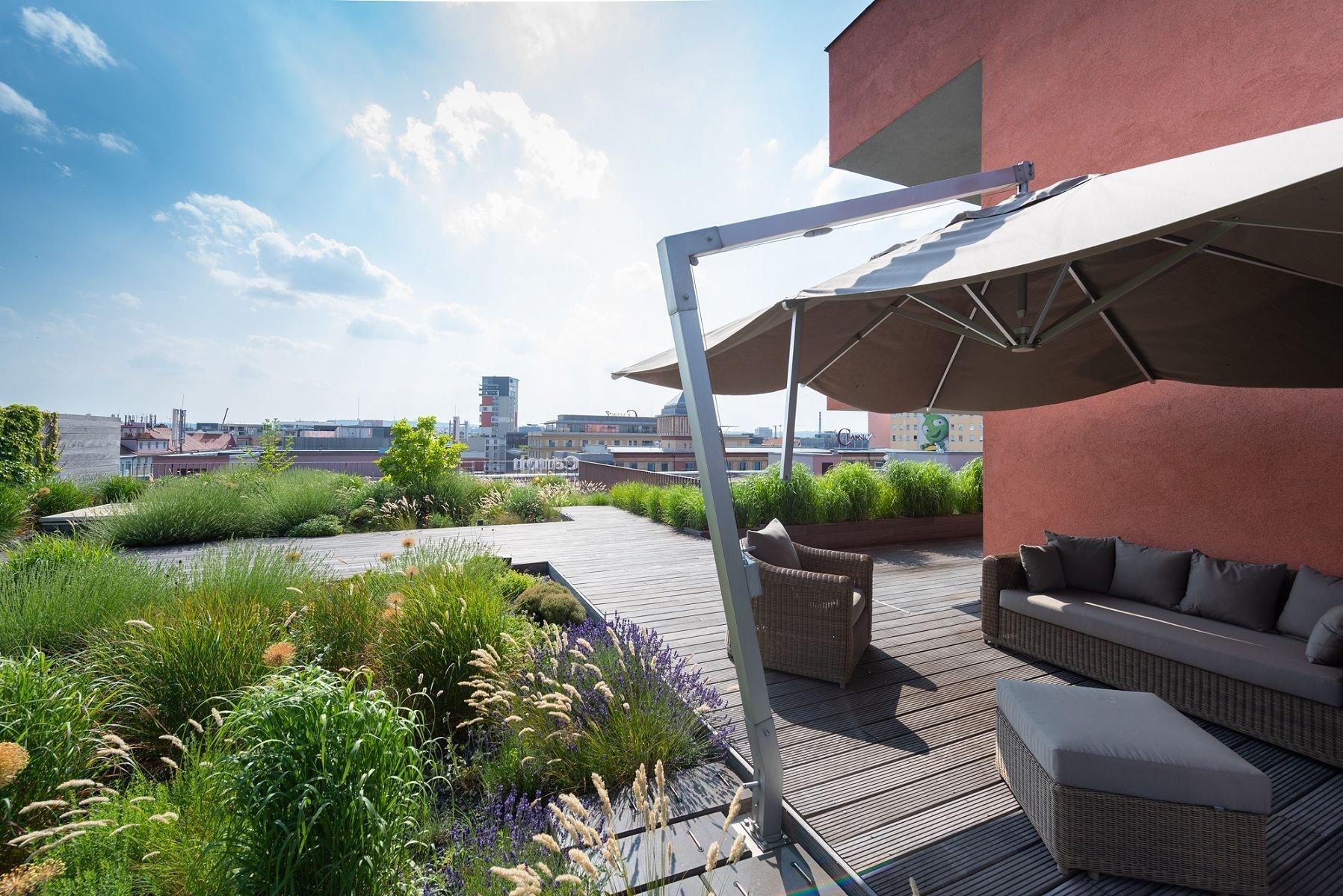 Bydlení v bytě nemusí nutně znamenat to, že se musíme vzdát vlastní zahrady. Důkazem je tento byt v 8. podlaží, který neposkytuje jen dostatek prostoru a pohodlí, nýbrž i krásnou střešní zahradu.