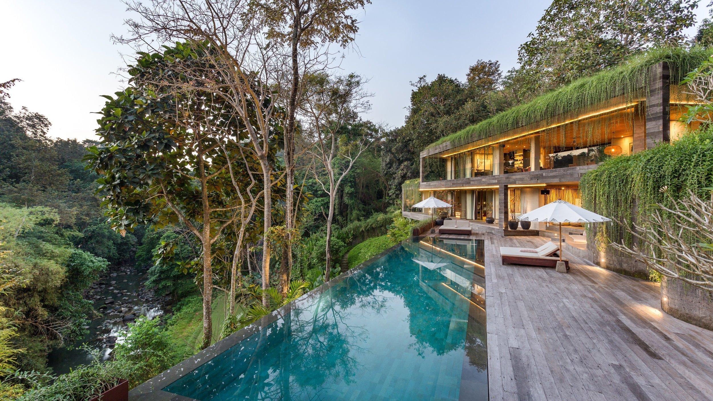 """Tento dům, který architekti příhodně nazývají """"Chameleon"""" je přímou ukázkou toho, jak krásně může vypadat netradiční dům vpasovaný do uchvacující balijské přírody. Dům překvapuje mnohými detaily, zákoutími, ale i svojí dokonalou funkčností."""
