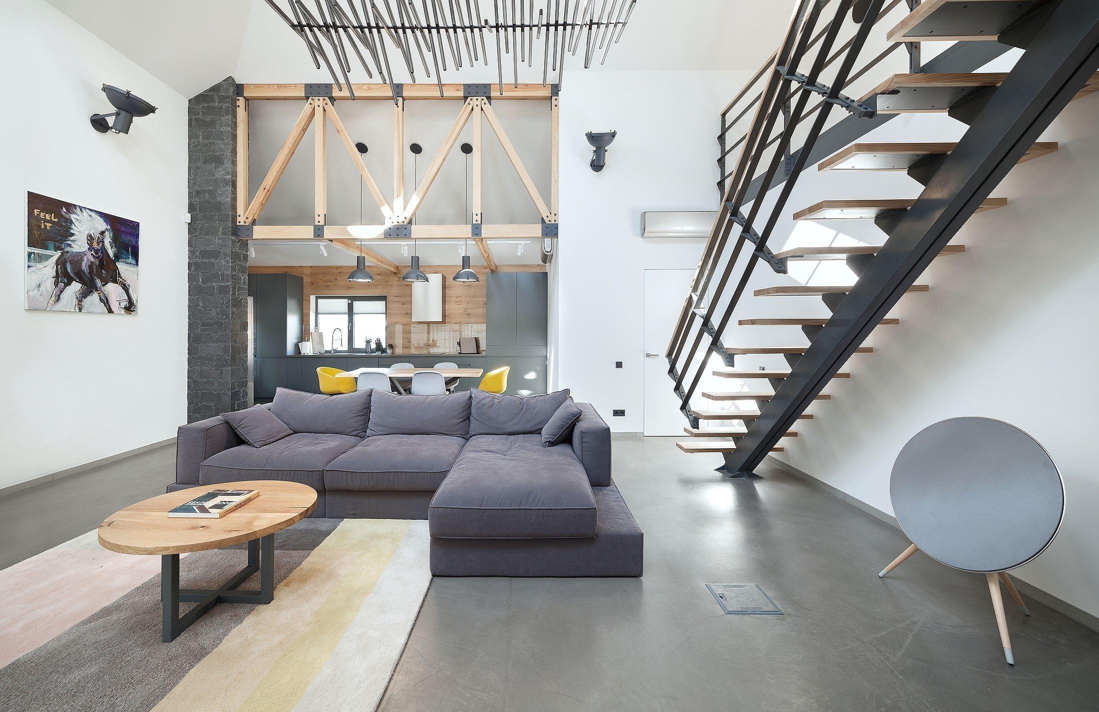 Otevřené prostory, moderní vybavení a dokonalá kombinace dřeva se šedou a bílou barvou. Přesně takto lze popsat zrekonstruovaný dům stojící na předměstí ukrajinského Kyjeva, na který se spolu dnes podíváme.