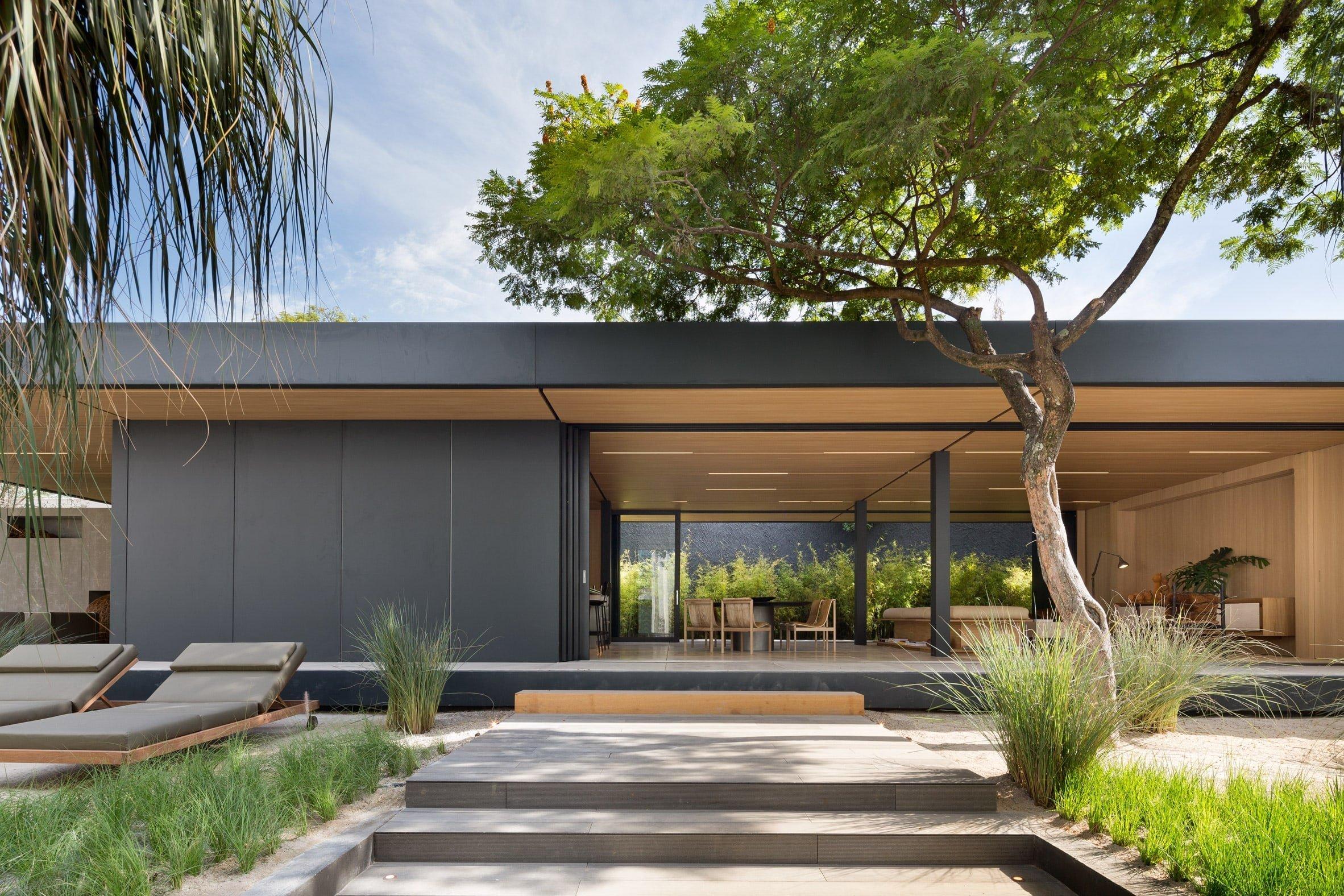 V dnešním článku se spolu podíváme do tohoto krásného prefabrikovaného domu z rukou firmy Stuio Arthur Casas, které mělo za úkol vytvořit vysoce flexibilní prefabrikované bydlení, které se vyhne jakémukoliv negativnímu překvapení, jakých se můžeme u běžných projektů dočkat. Jak se architekti se svým úkolem poprali?