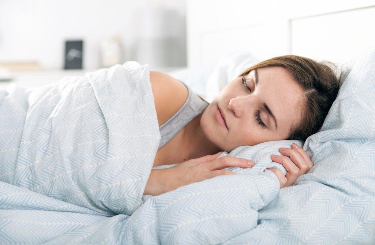 Mnoho lidí říká, že spánek je ztráta času. Že během těch osmi hodin by zvládli mnoho práce a tak si ze svého spánku ukrajují a ukrajují, až postupně nemohou spát vůbec. Je to i váš případ? Buďte na své tělo opatrní a čtěte, jak předejít nespavosti a zároveň si dopřát kvalitní spánek.
