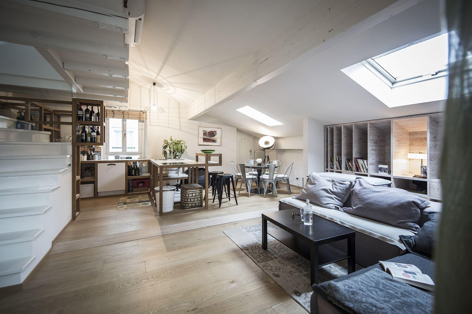Když architekt Lukas Rungger objevil částečně zanedbaný byt, který se nachází v nejvyšším patře historického domu v italském městě Bolzano, věděl, že našel prostor s velkým potenciálem. Proto neváhal, a proměnil jej do jeho současné podoby, která odpovídá všem požadavkům pro spokojené bydlení.