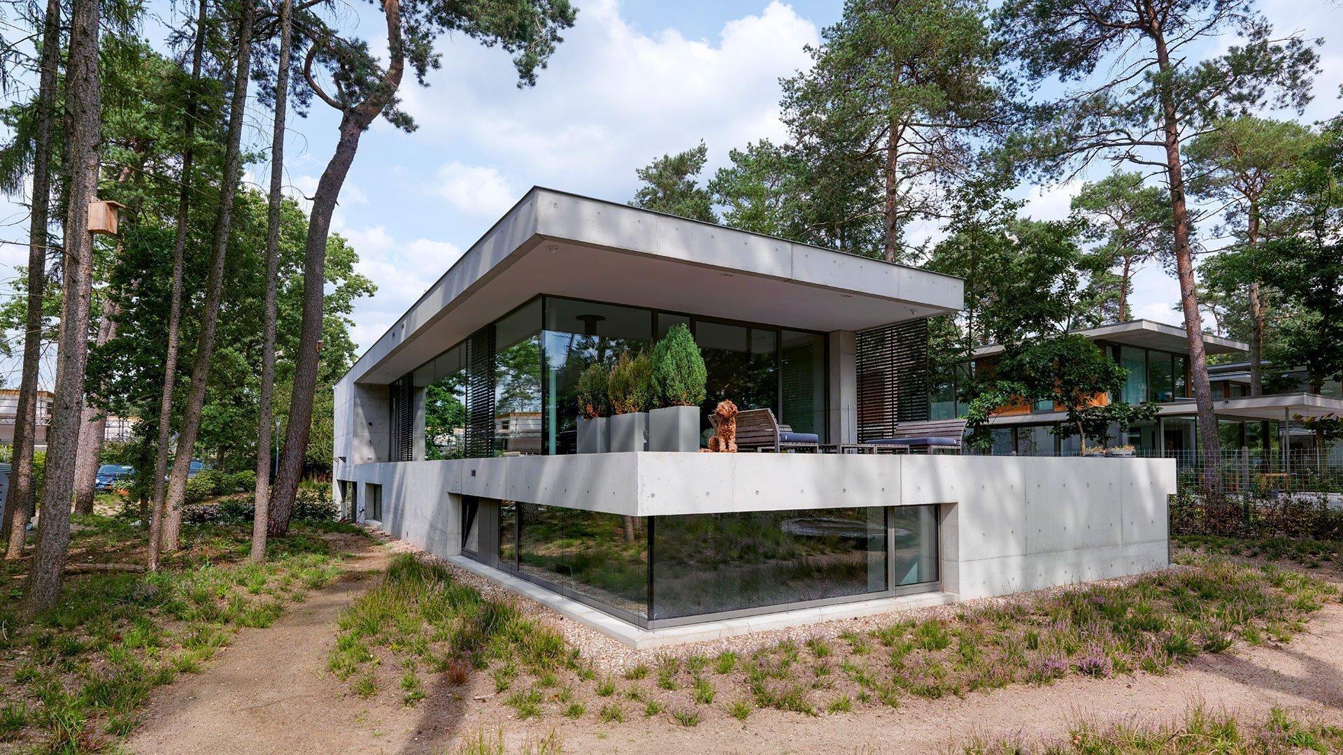 Beton v exteriéru, ale i v interiéru. Umíte si to představit? Přesně takto vypadá dům, který stojí v zalesněné rezidenční čtvrti na okraji národního parku Utrechtse Heuvelrug. Jak se architekti poprali s tím, aby dům z betonu nevypadal chladně, ale naopak – bydlení v něm bylo příjemné?