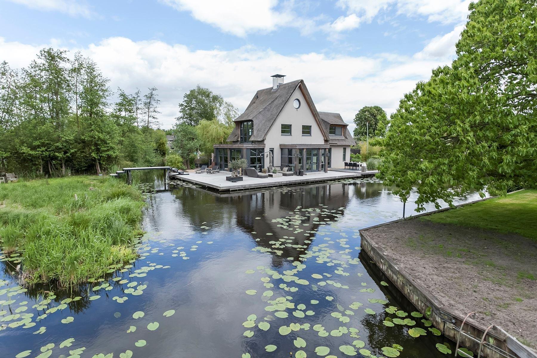 Nedaleko Amsterdamu vzniklo naprosto skvostné bydlení obklopené vodou a lesy. Tato kouzelná vila usazená v blízkosti přírodní rezervace je jakoby vytržená z reality všedních dnů. Působí totiž neskutečně klidným a vyrovnaným dojmem, čemuž vděčí těsnému sepětí s přírodou.