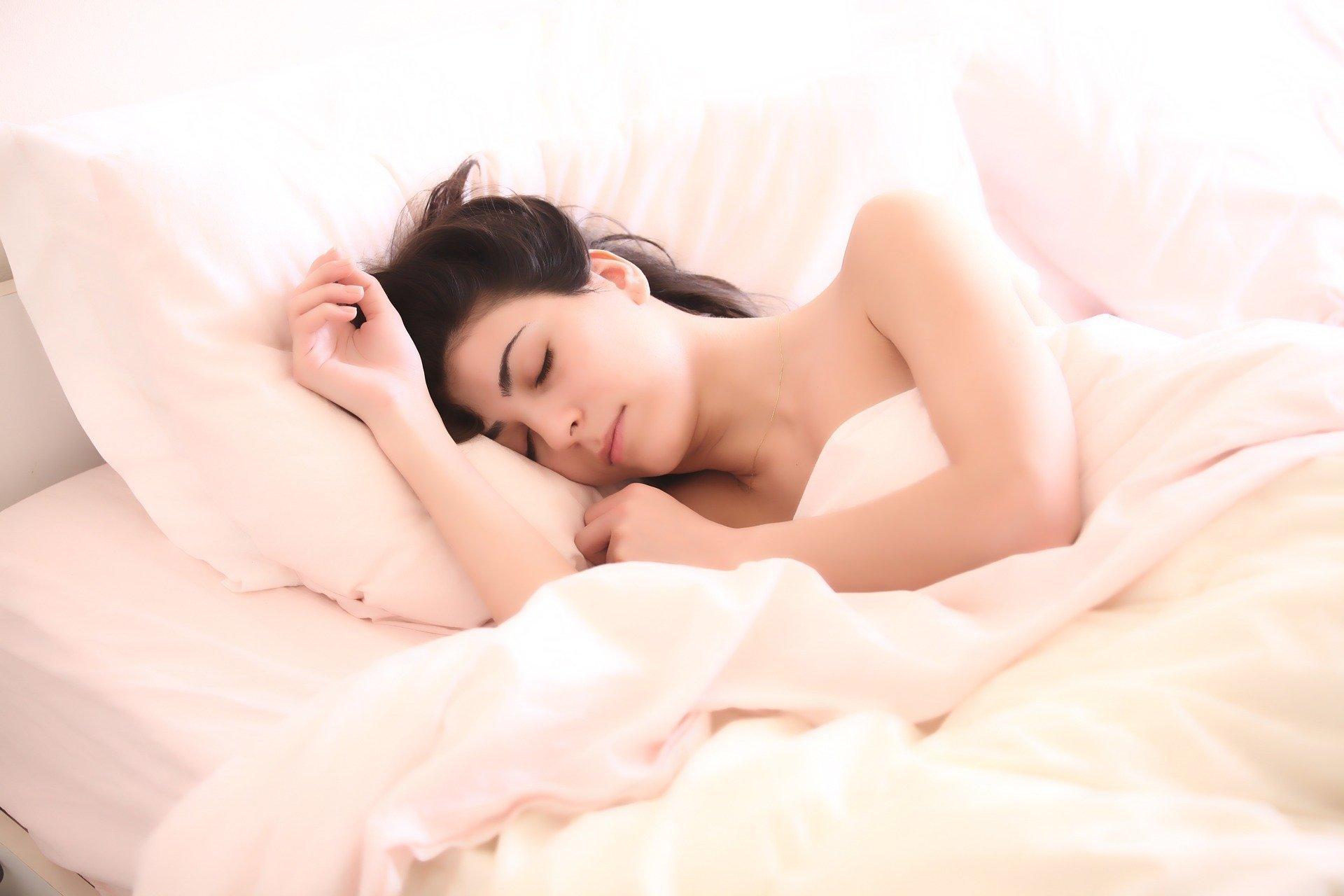V posledních několika letech se výrazně zvýšil zájem o zdravé spaní. Důvodů je hned několik. Spousta lidí si uvědomuje, že za palčivými bolestmi zad nestojí žádné zdravotní problémy, ale nekvalitní lůžko. Jestliže si tedy chcete dopřát ničím nerušený spánek a zbavit se veškerých potíží s pohybovým ústrojím, doporučujeme správně zkombinovat rošt s matrací. V následujících řádcích se zaměříme především na rošty, které současný trh nabízí.