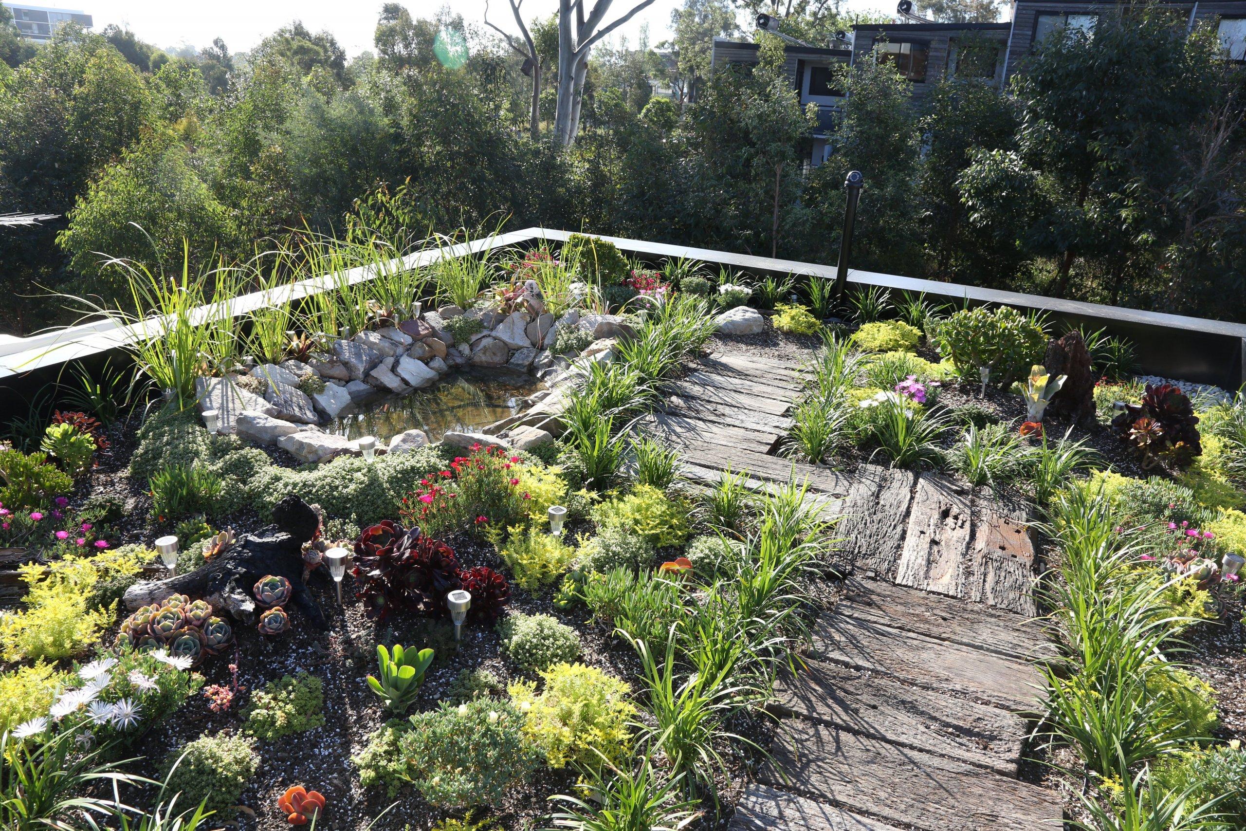 Zahrady na střechách nejsou trendem poslední doby. Už v 6. století se střešní zahrady využívaly hlavně k izolaci domů. Dnes si je budujeme především kvůli estetickému zážitku a architekti díky nim přinášejí více zeleně do měst.