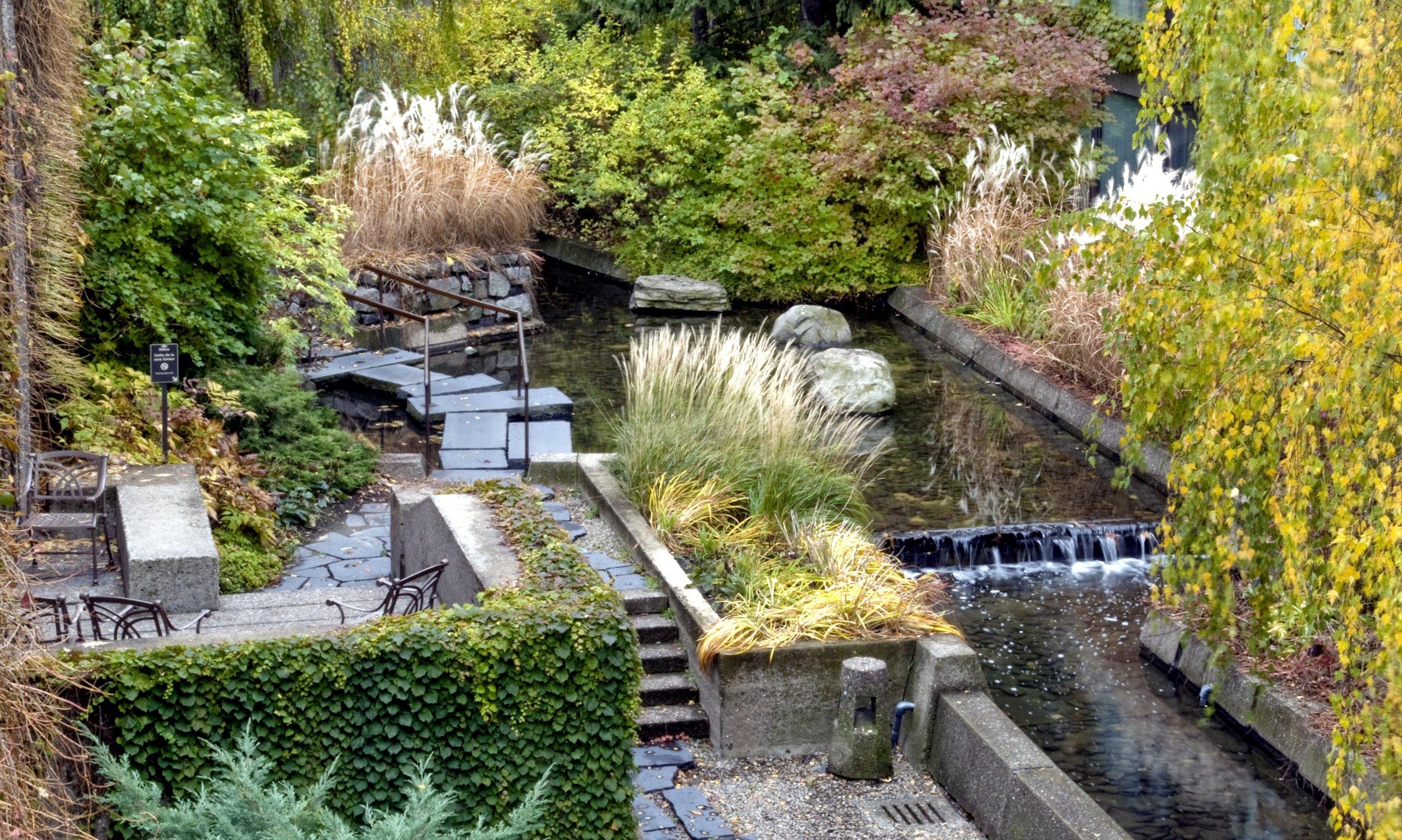 Na zahradě klasického paneláku můžete vybudovat japonskou zahradu.