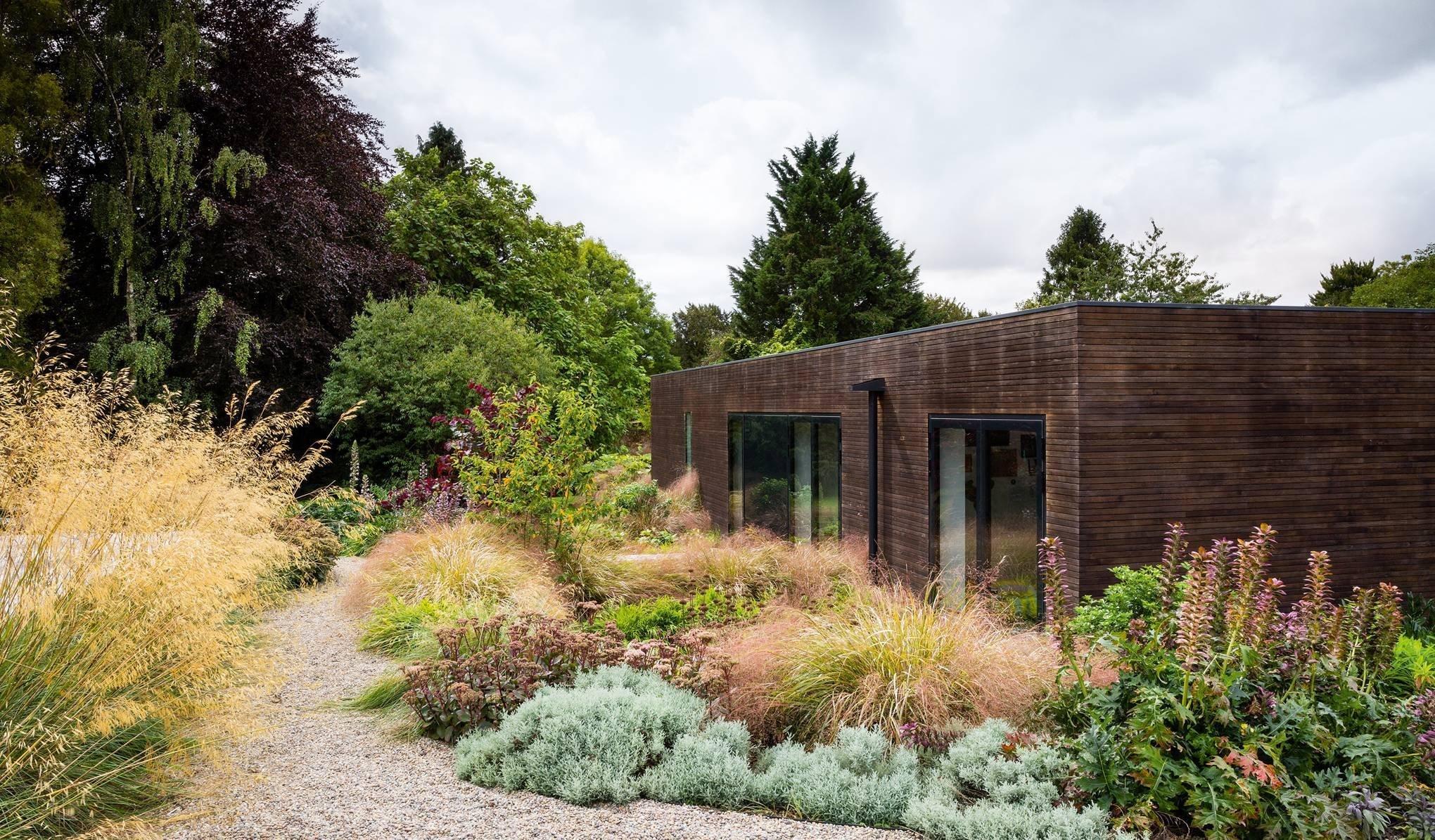 V hrabství Hampshire na jižním pobřeží Anglie vznikla zahrada plná trav a barevných akcentů. Tato zahrada kolem dokola obrůstá moderní rodinný dům a vzniká tak příjemná symbióza jasně inspirovaná architekturou Nového Zélandu, předchozího bydliště majitelů.