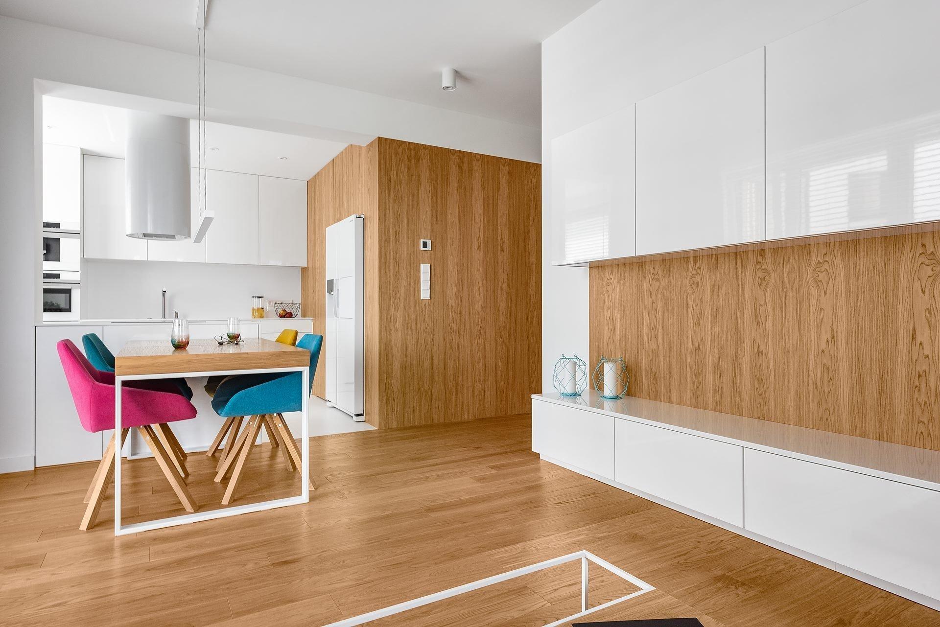 Interiér bytu, do kterého dnes nahlédneme, vděčí za svou proměnu polskému studiu Architekci. Dominuje v něm bílá barva sem tam roztříštěná barevnými akcenty. Jak se asi bydlí v tomto moderním interiéru?